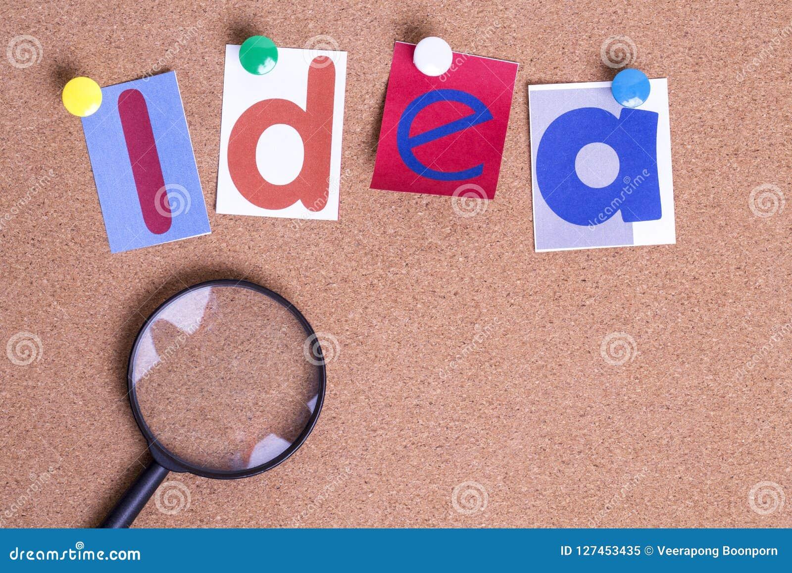 与放大镜的五颜六色的纸词想法在黄柏板