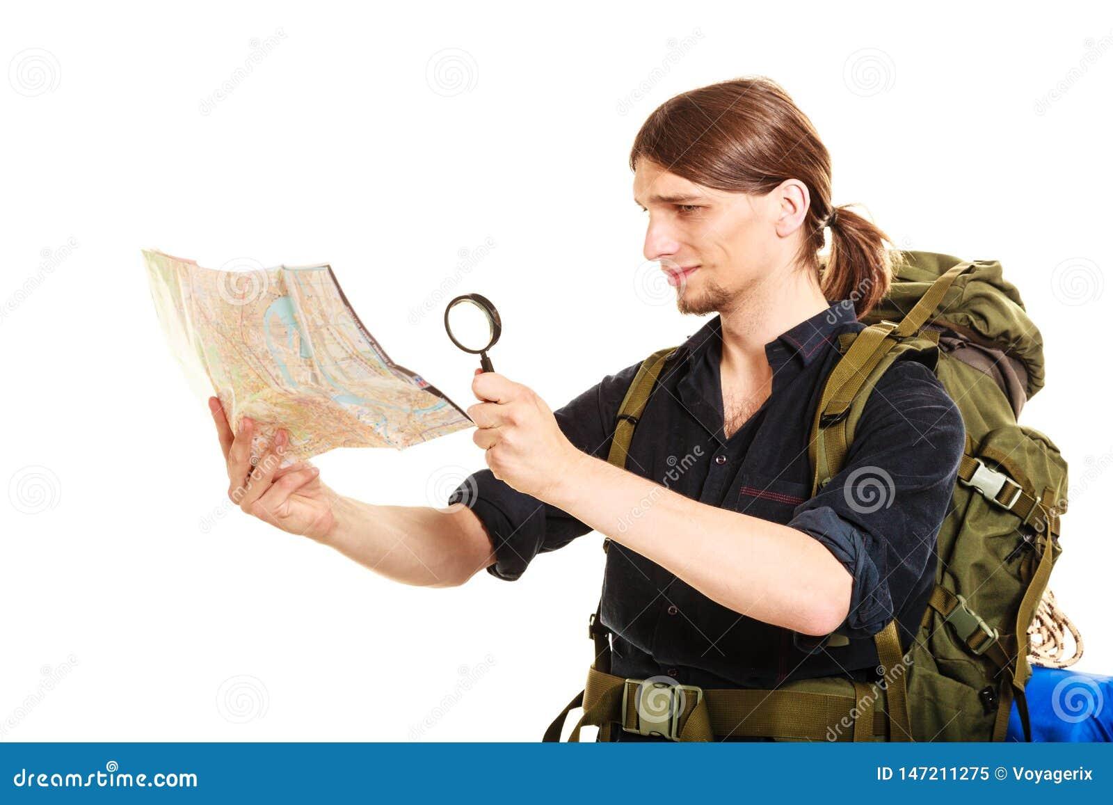 与放大镜的人旅游读的地图