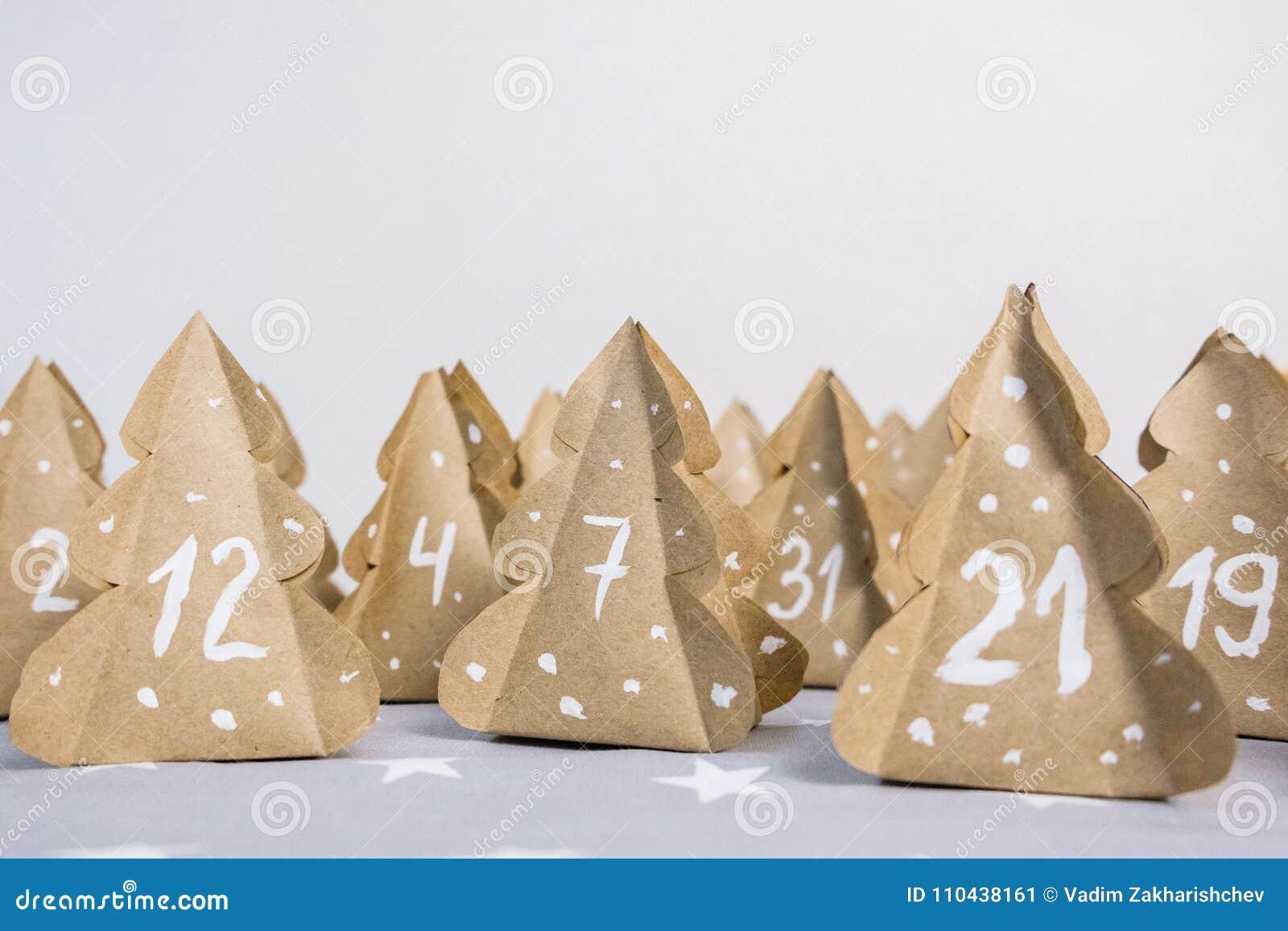 与数字的手工制造圣诞节出现日历圣诞树牛皮纸