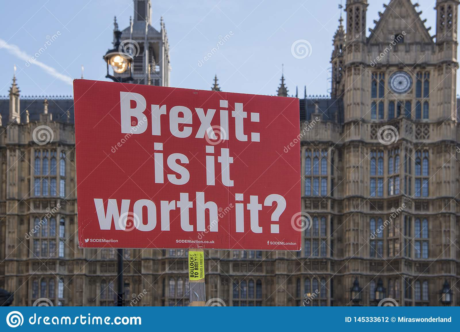 与文本Brexit的红色抗议标志是它相当它价值在房子的前面