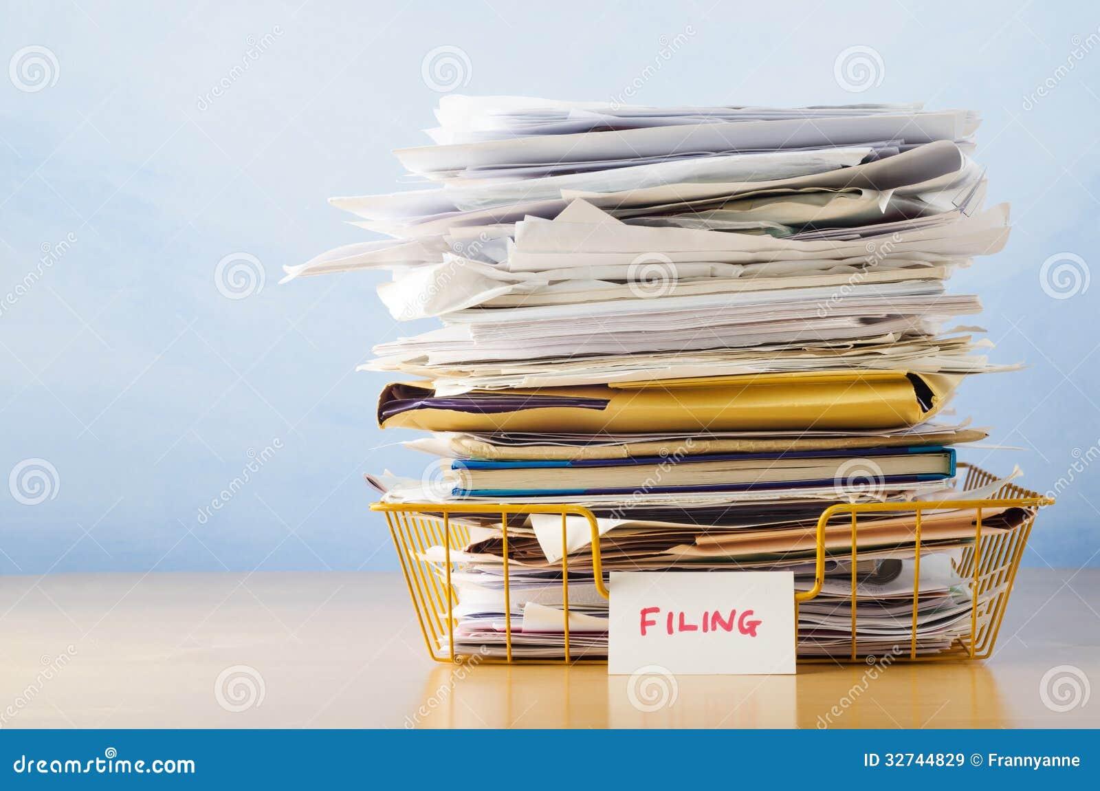 与文件的屑子盘子被堆的上流