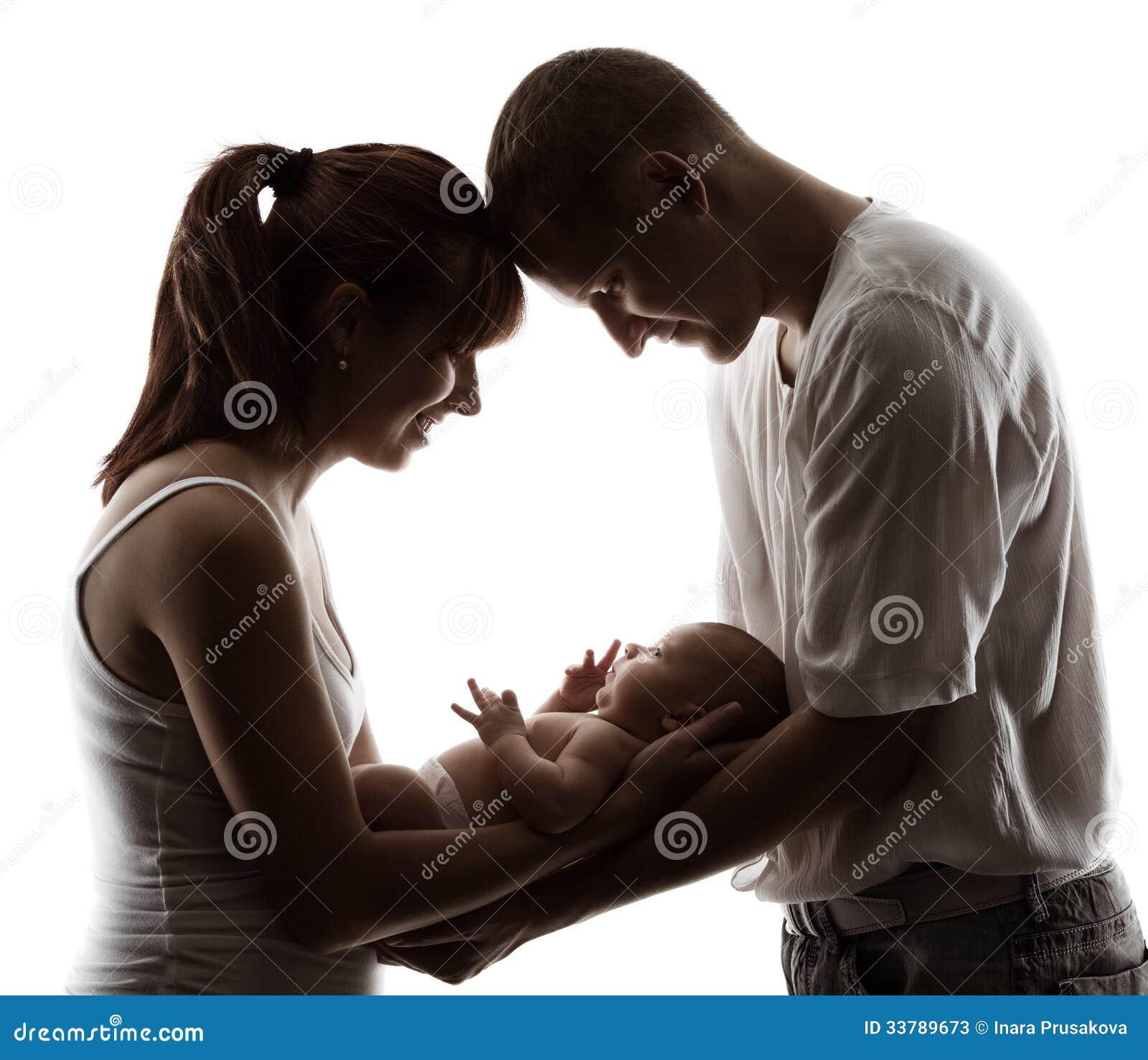 与新出生的婴孩的家庭。父母现出轮廓在白色