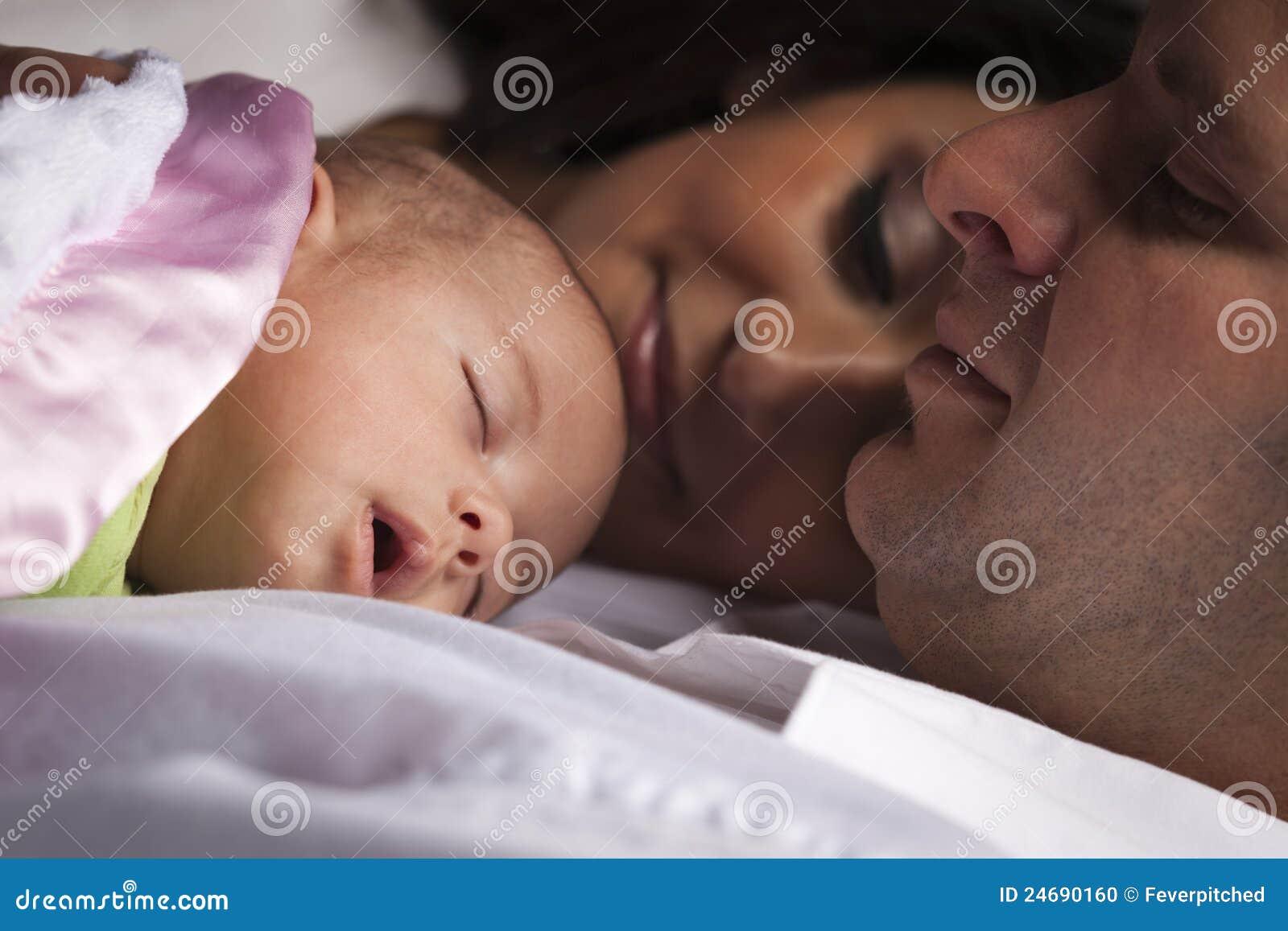 与新出生的婴孩的混合的族种年轻家庭