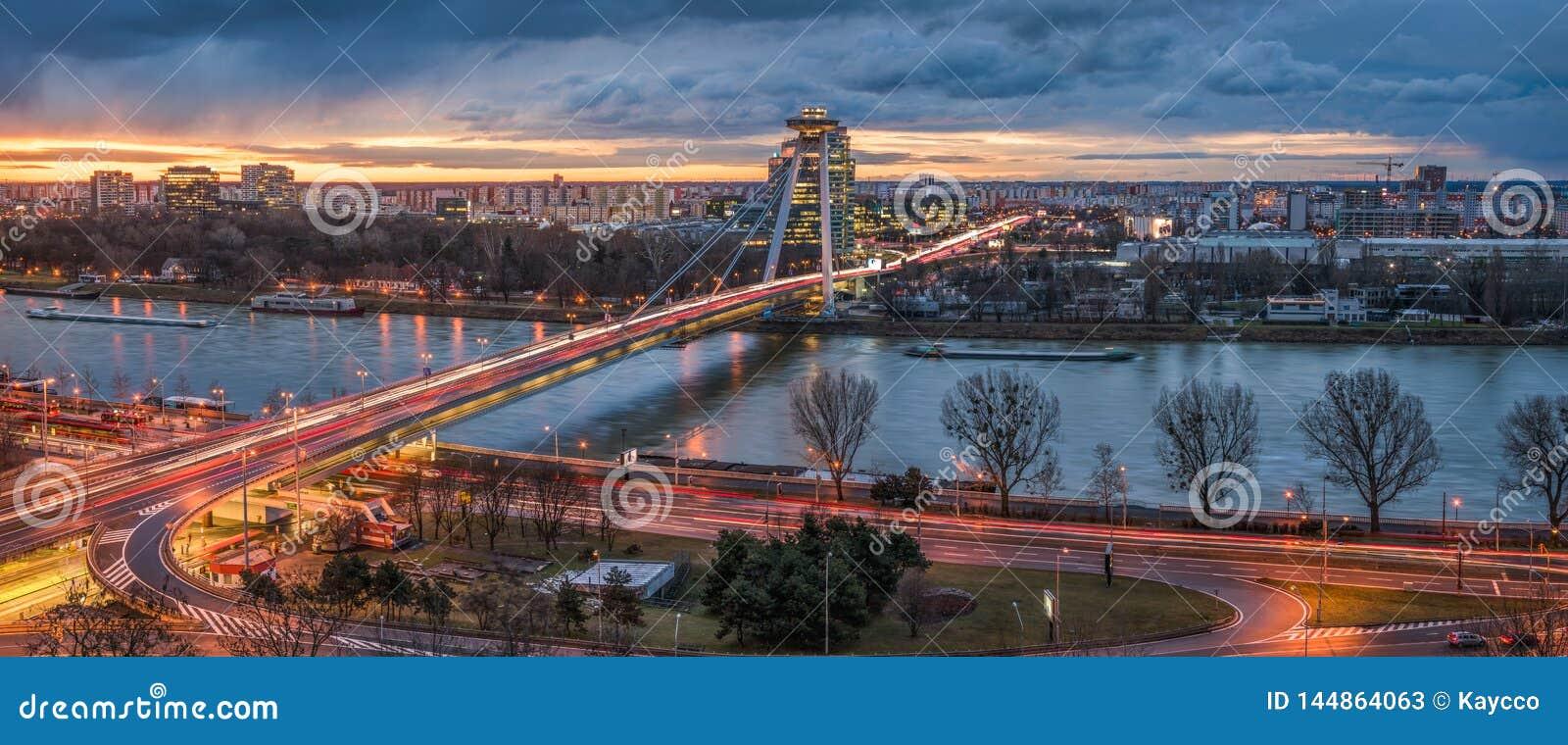 与新的桥梁的布拉索夫都市风景在日出