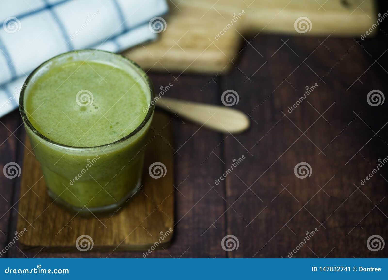 与新鲜蔬菜和果子的草汁自然混合在玻璃
