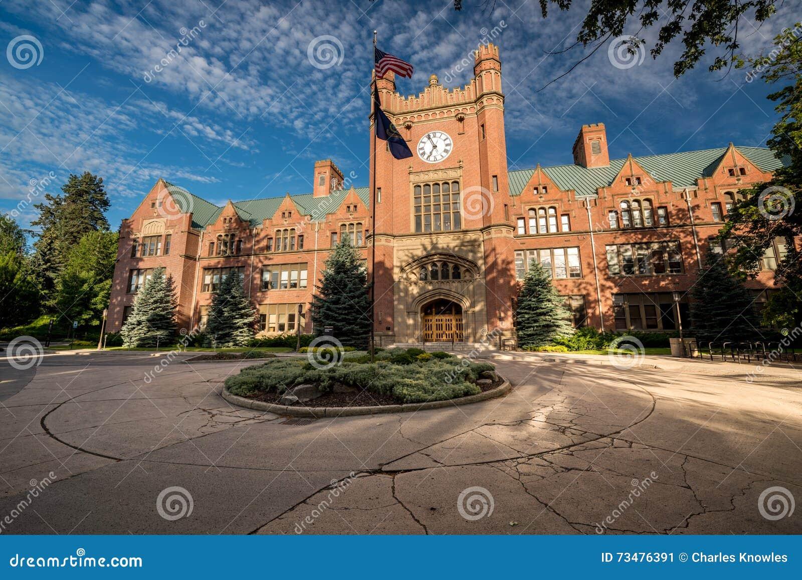 与旗子的一座大学政府大楼