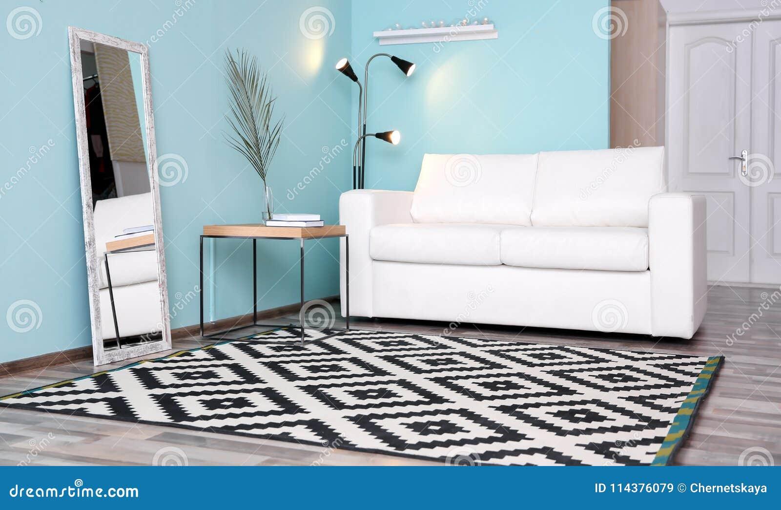 与时髦的沙发的现代客厅内部