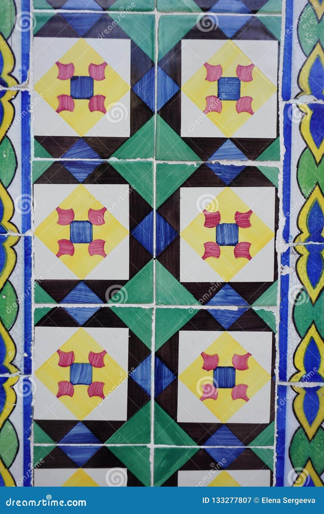 与明亮的正方形和菱形的Azulejos在样式