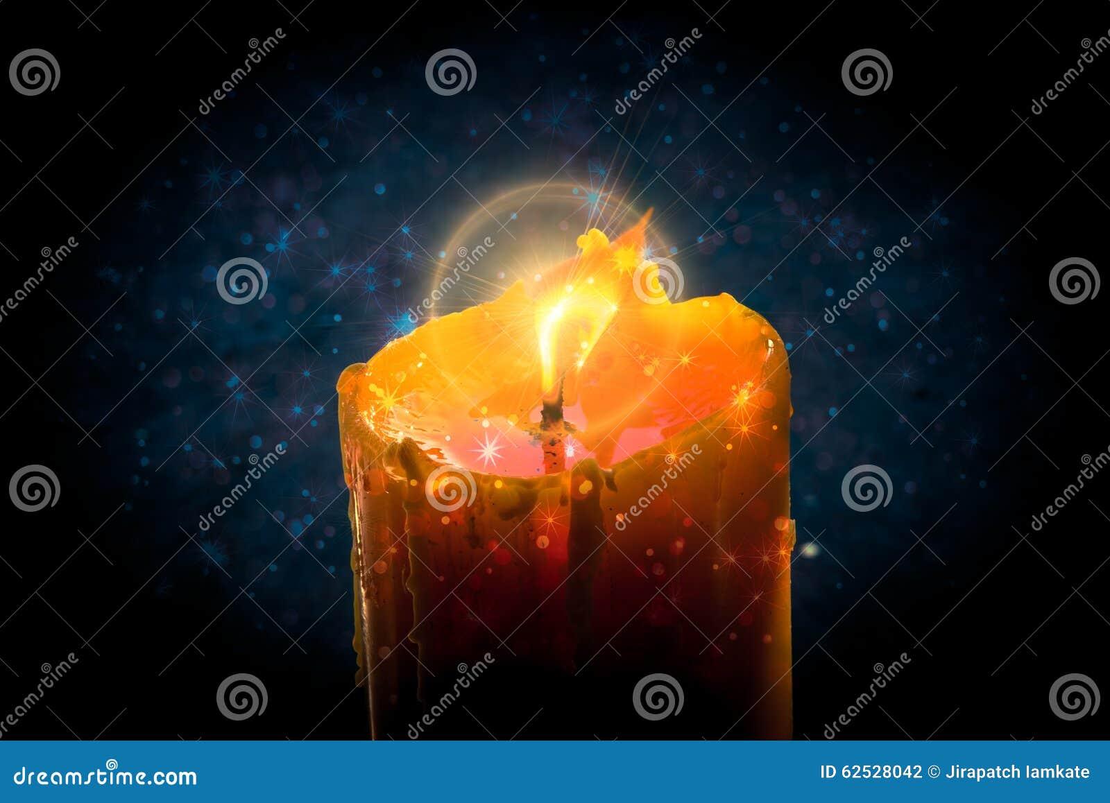 与星bokeh的灼烧的蜡烛和圈子飘动