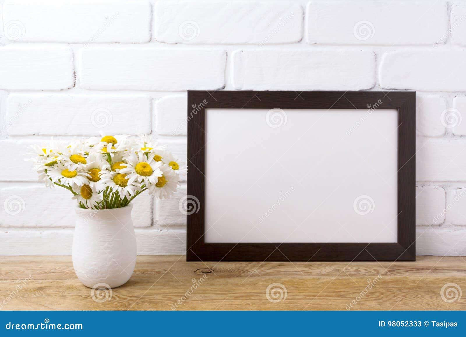 与春黄菊花束的黑棕色风景框架大模型在ru