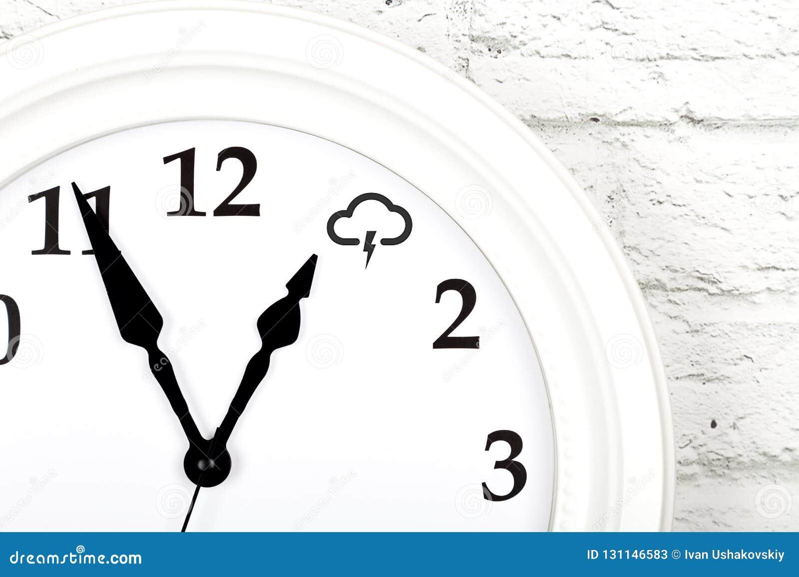 与显示天气的时钟的天气预报概念