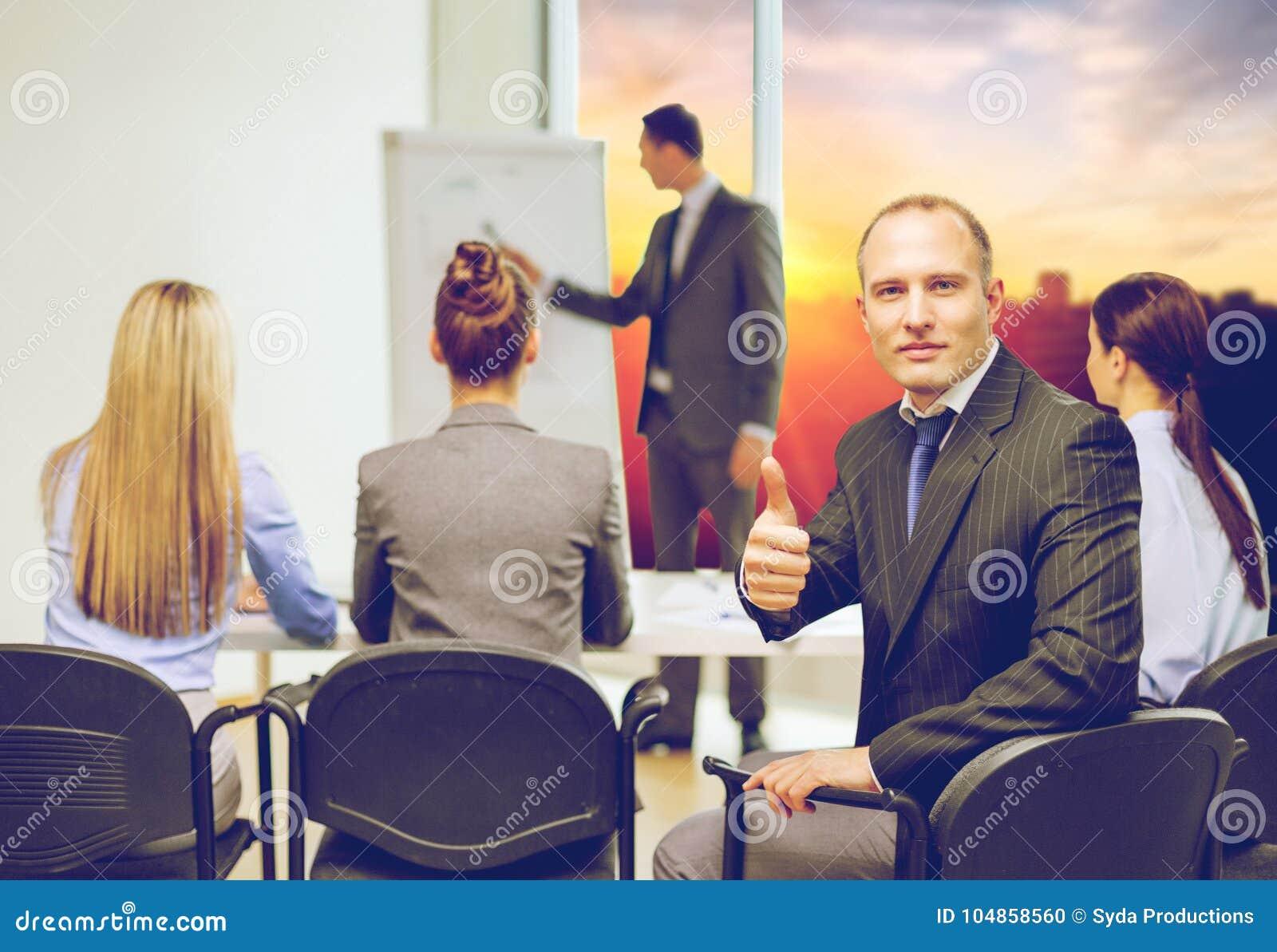 与显示赞许的队的商人在办公室