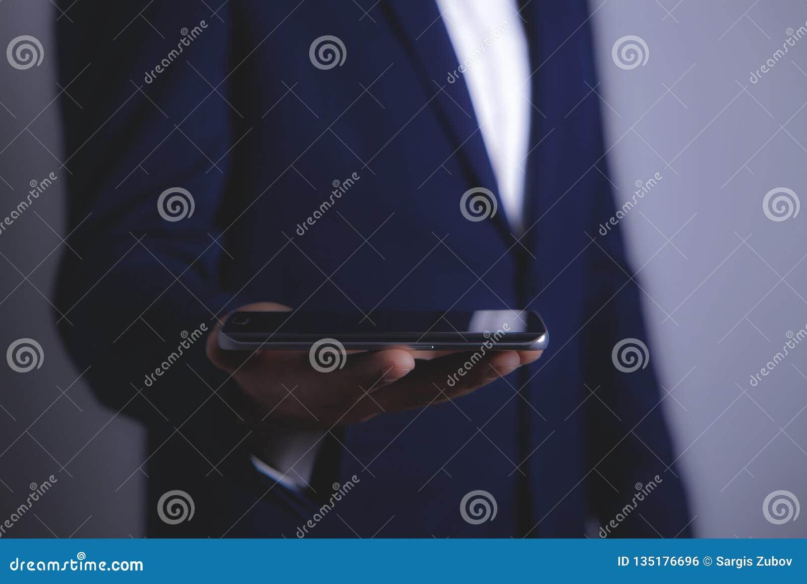 与智能手机的商人