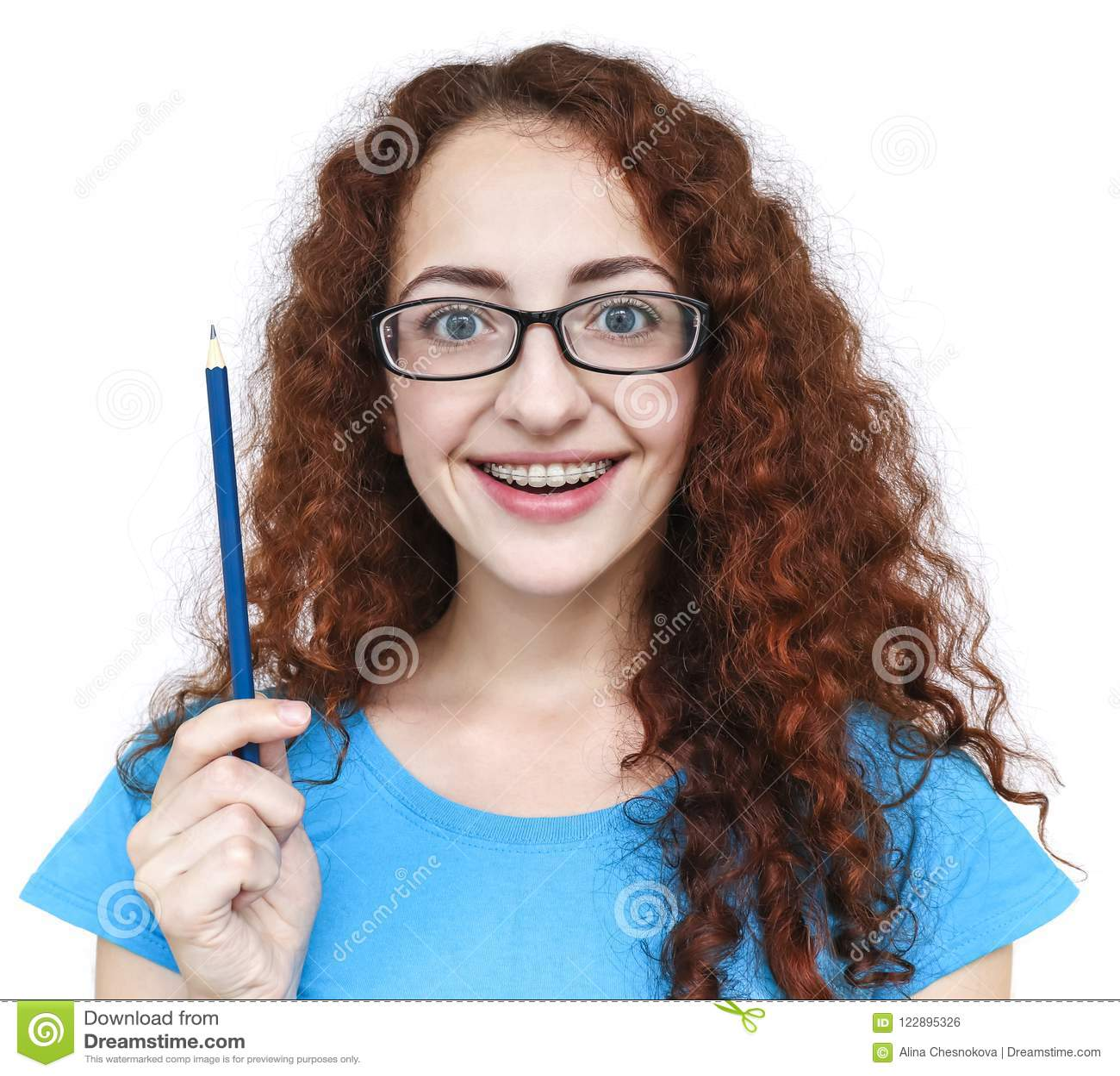 与有一个开朗的笑的女孩的逗人喜爱的红头发人好想法