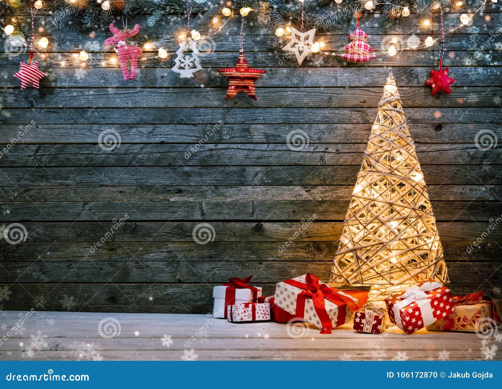 与有启发性圣诞树、礼物和d的假日背景