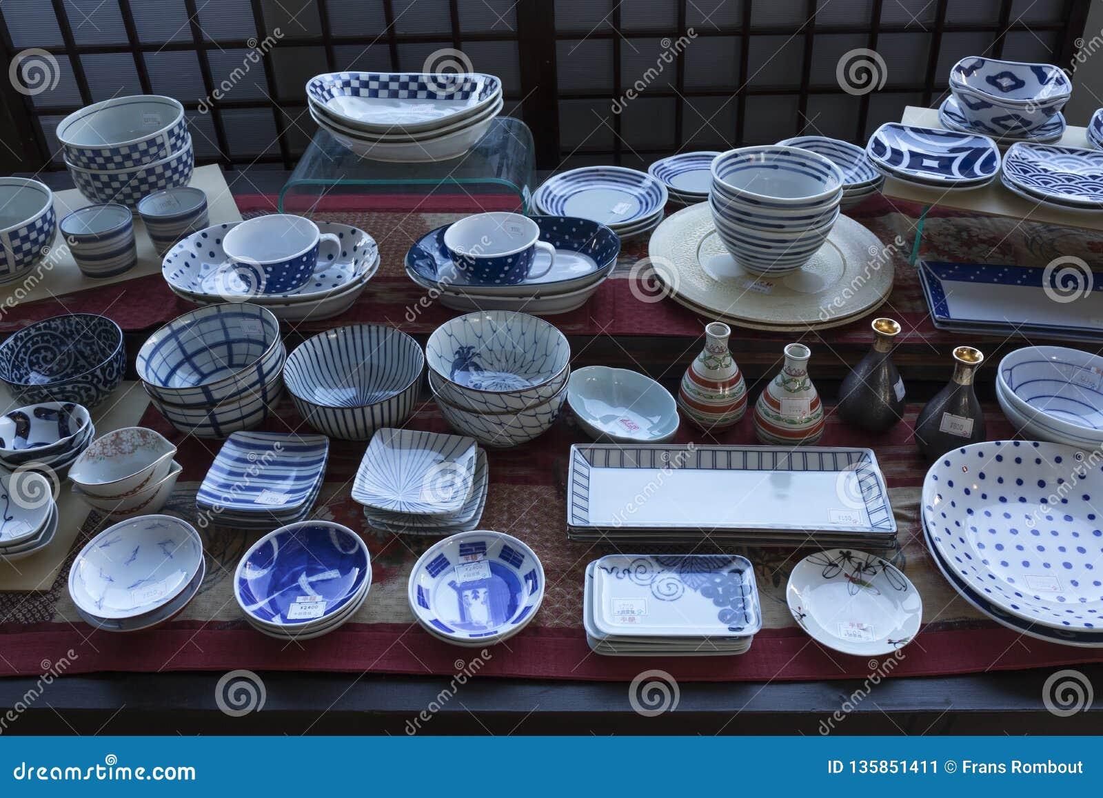 与有田町商品,日本瓷的商店窗口,做在区域在城市有田町附近