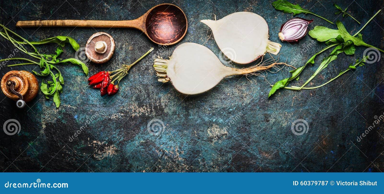 与木匙子和新鲜的成份的根菜类健康烹调的在土气背景,顶视图,横幅