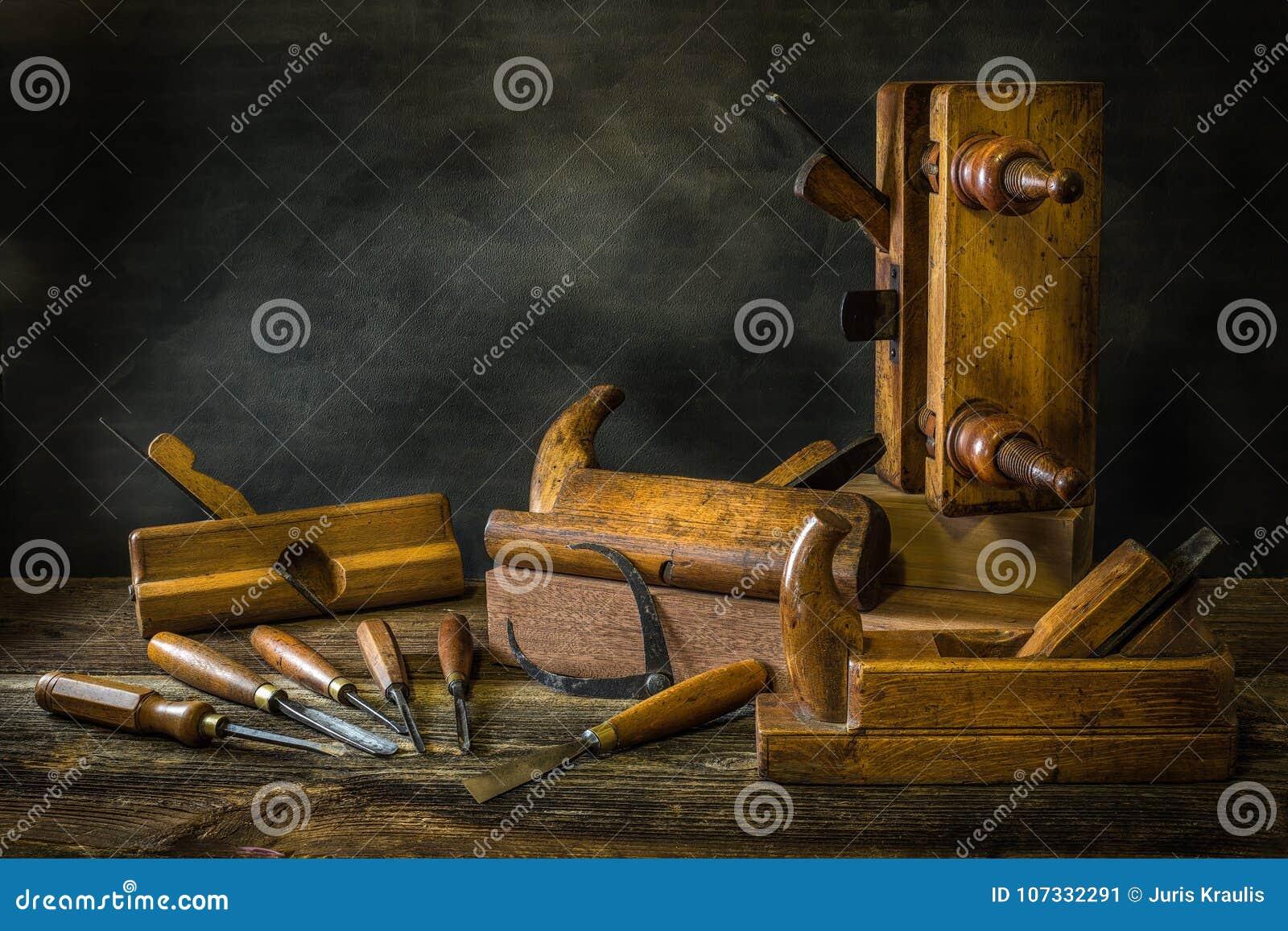 与木匠业工具的静物画,长凳飞行,木雕刻的凿子