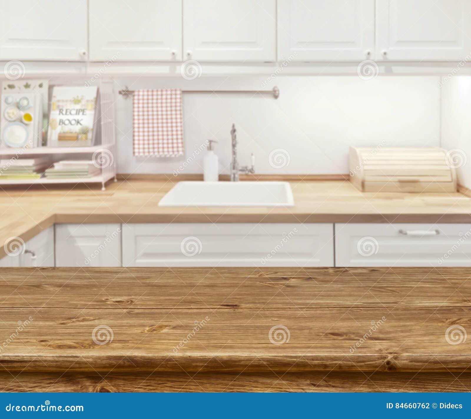 与木dinning的桌的被弄脏的厨房内部在前面