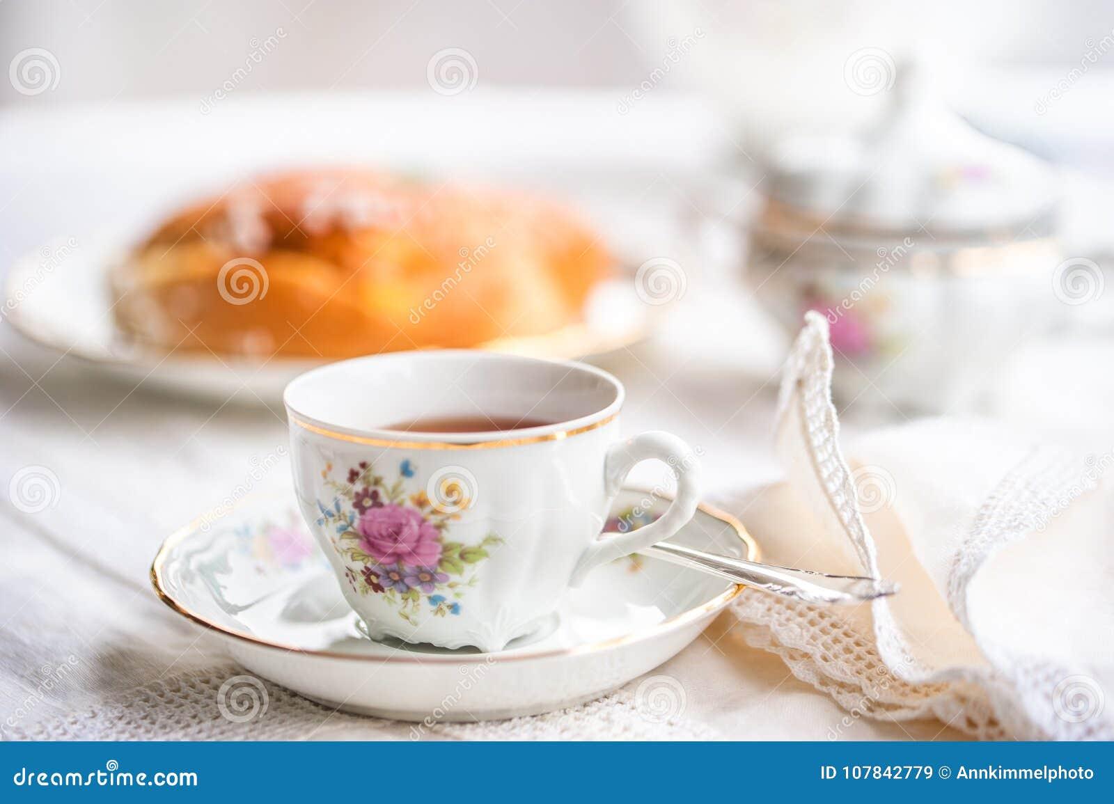 与杯子的豪华瓷茶具,茶壶,糖罐