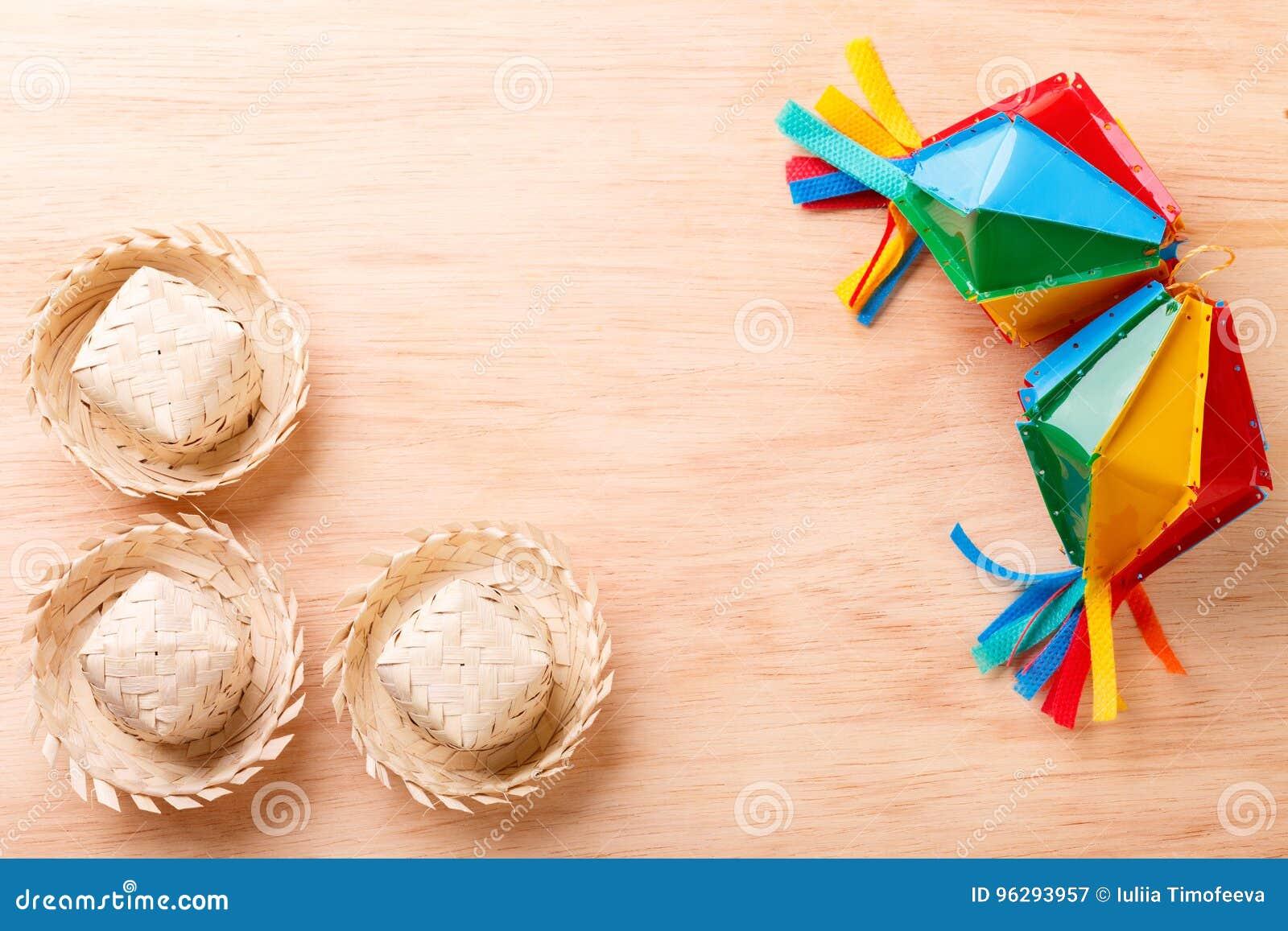 与柳条帽子的木背景巴西festivel的Festa J