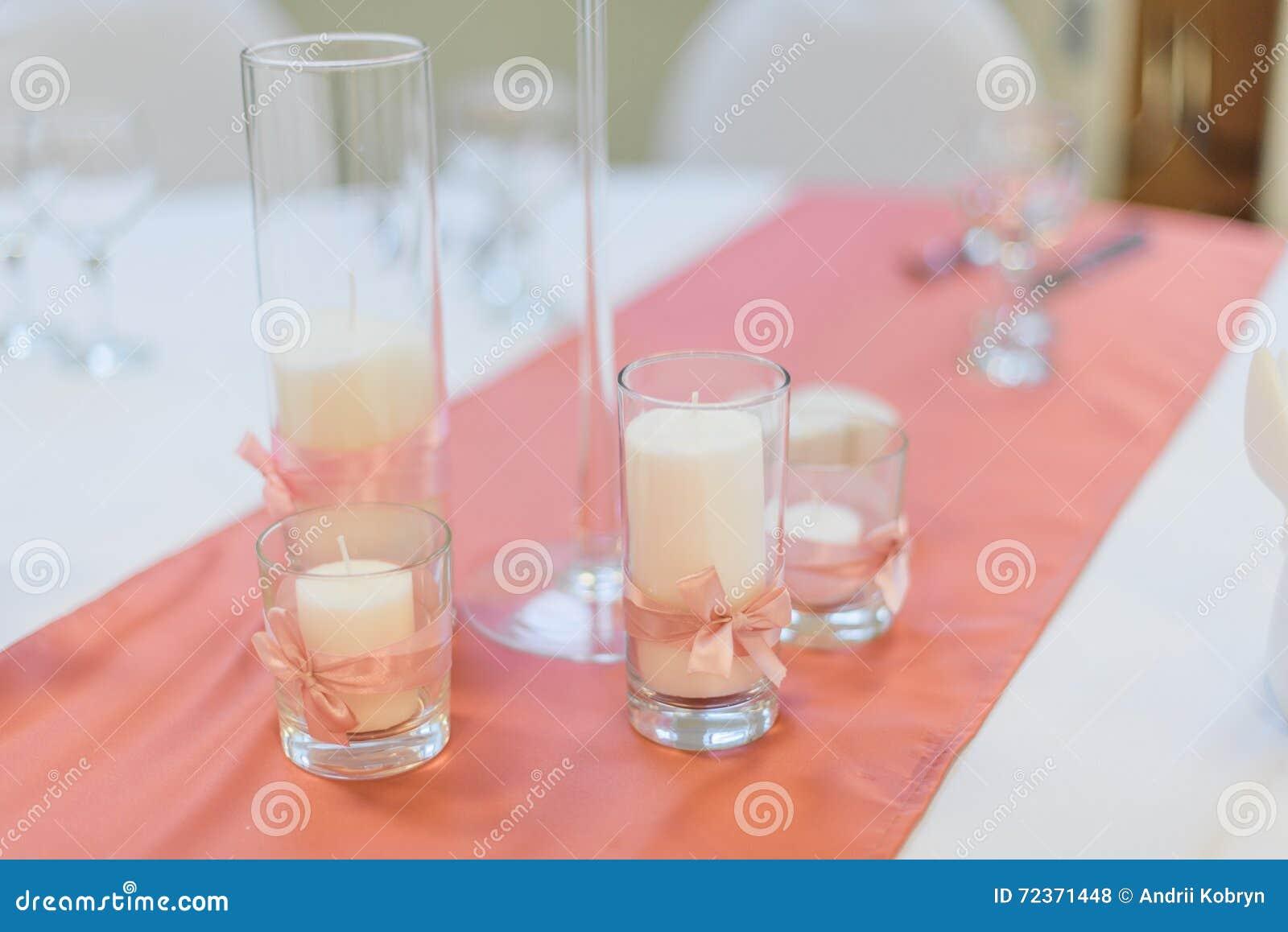 与桃红色丝带的蜡烛在桌布 新娘概念礼服婚姻纵向的台阶