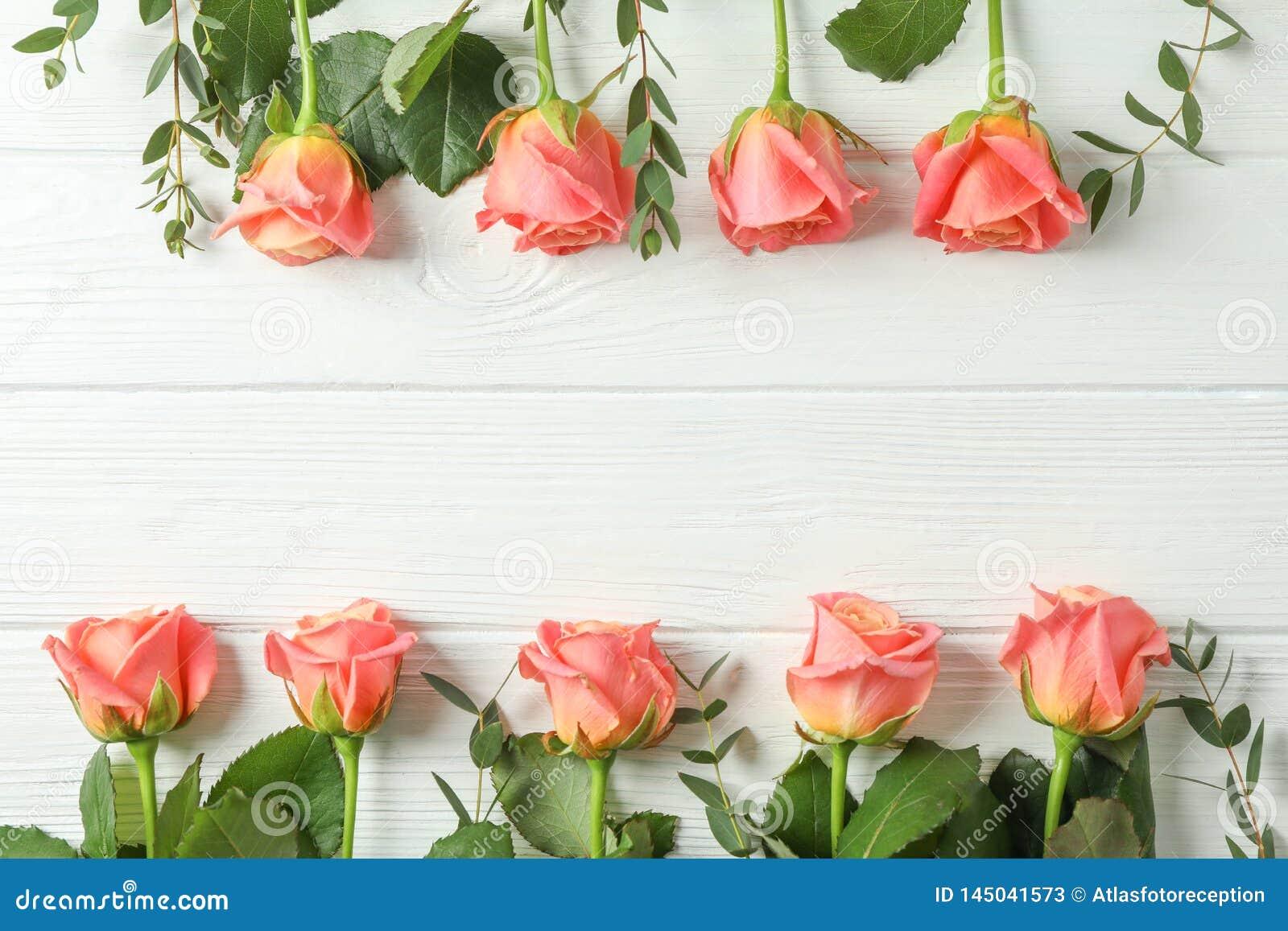 与桃红色玫瑰的平的被放置的文本的构成和空间