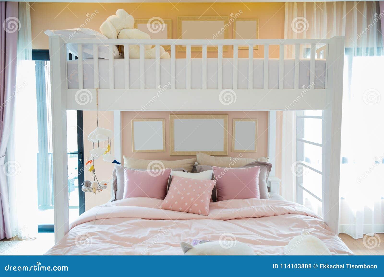 与桃红色的一张白色木床把枕在和在墙壁上的框架我