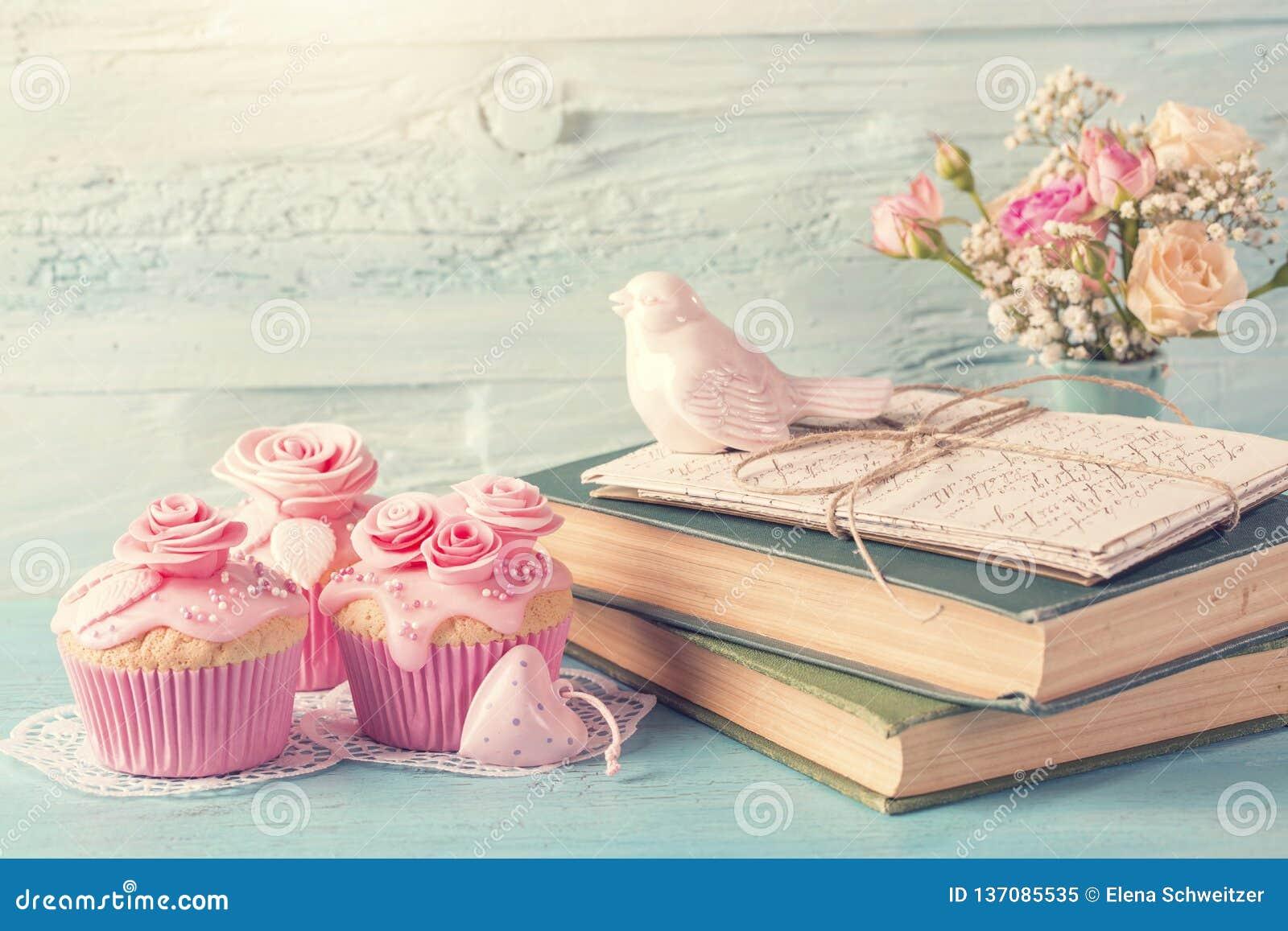 与桃红色花的杯形蛋糕
