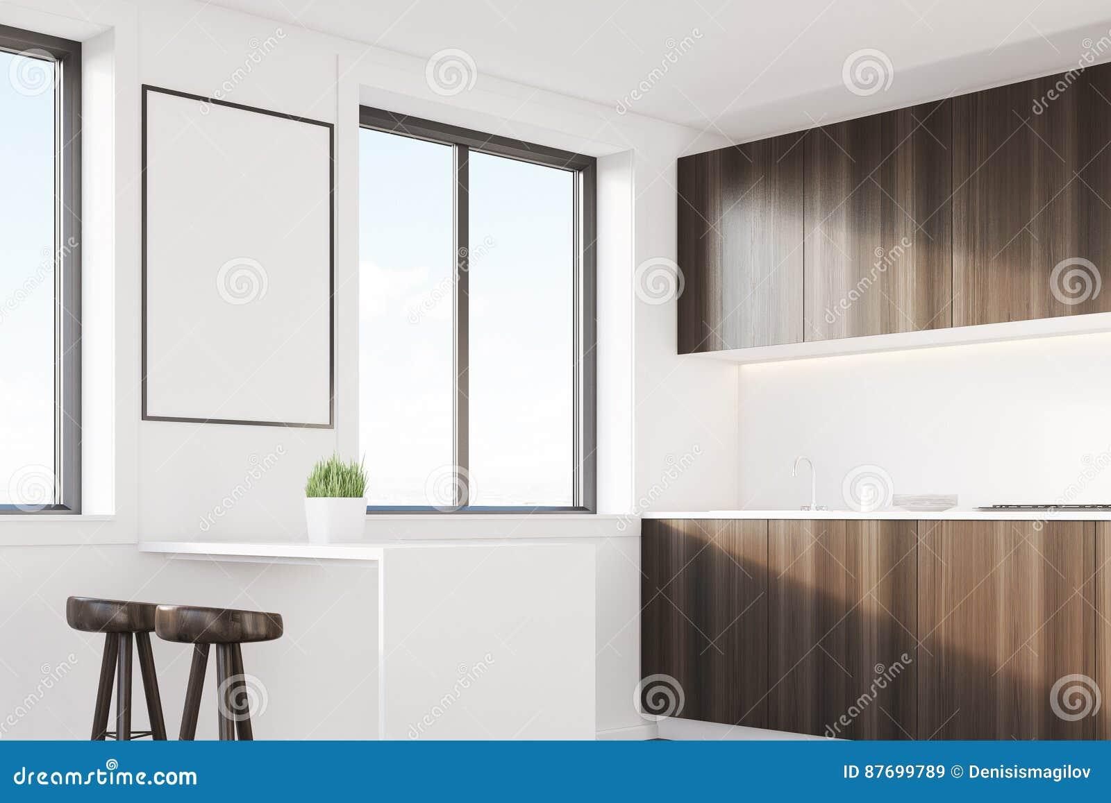 与桌的黑暗的木厨房角落
