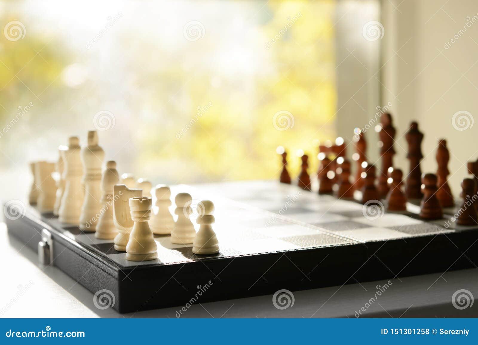 与棋子的比赛板在窗台