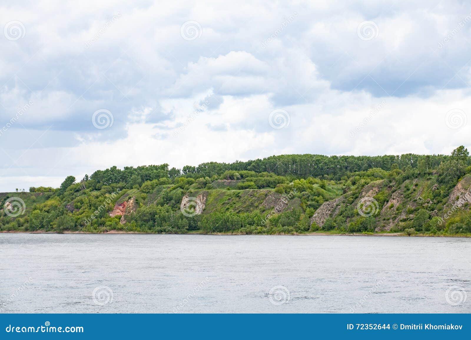 与森林,从河的风景看法的小山