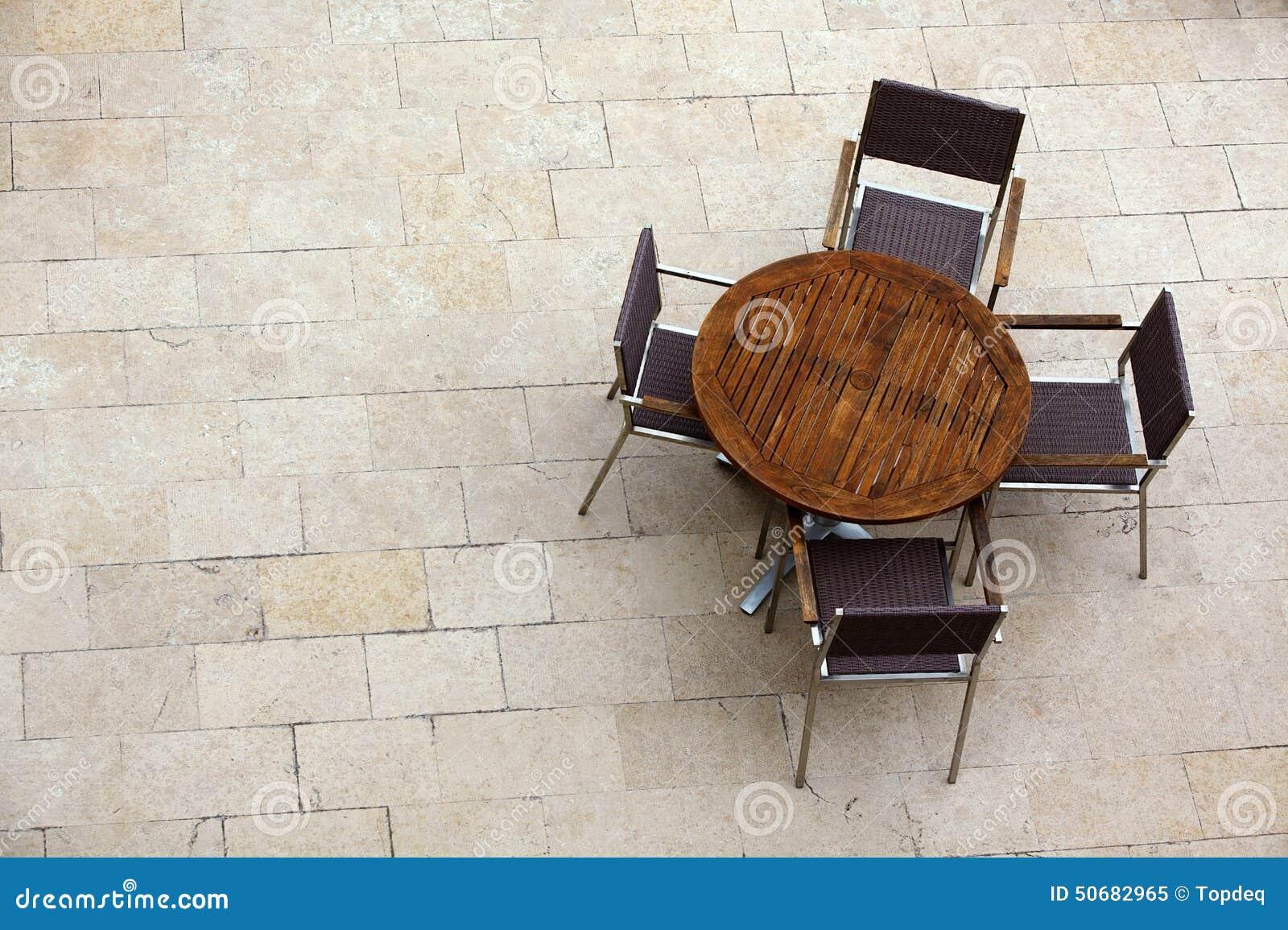 Download 与椅子的室外夏天咖啡馆桌 库存图片. 图片 包括有 对象, 没人, 欧洲, 椅子, 户外, 餐馆, 服务 - 50682965