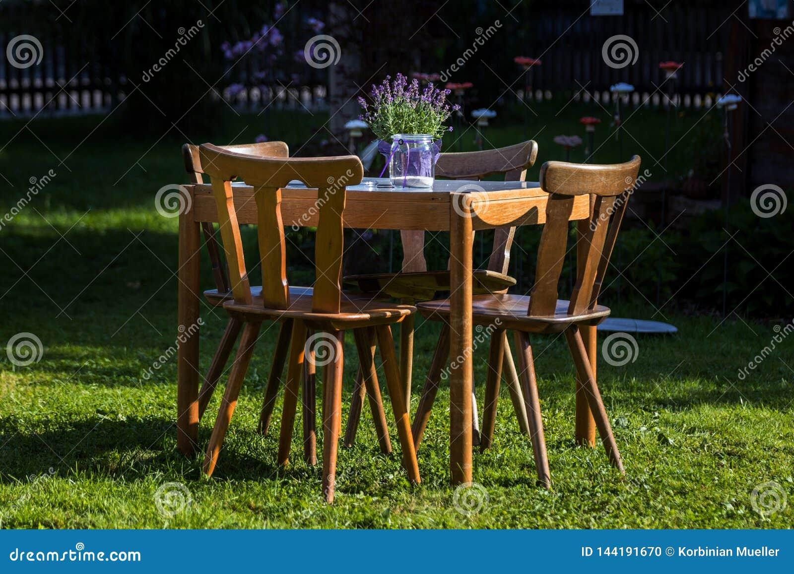 与椅子的木桌在庭院里