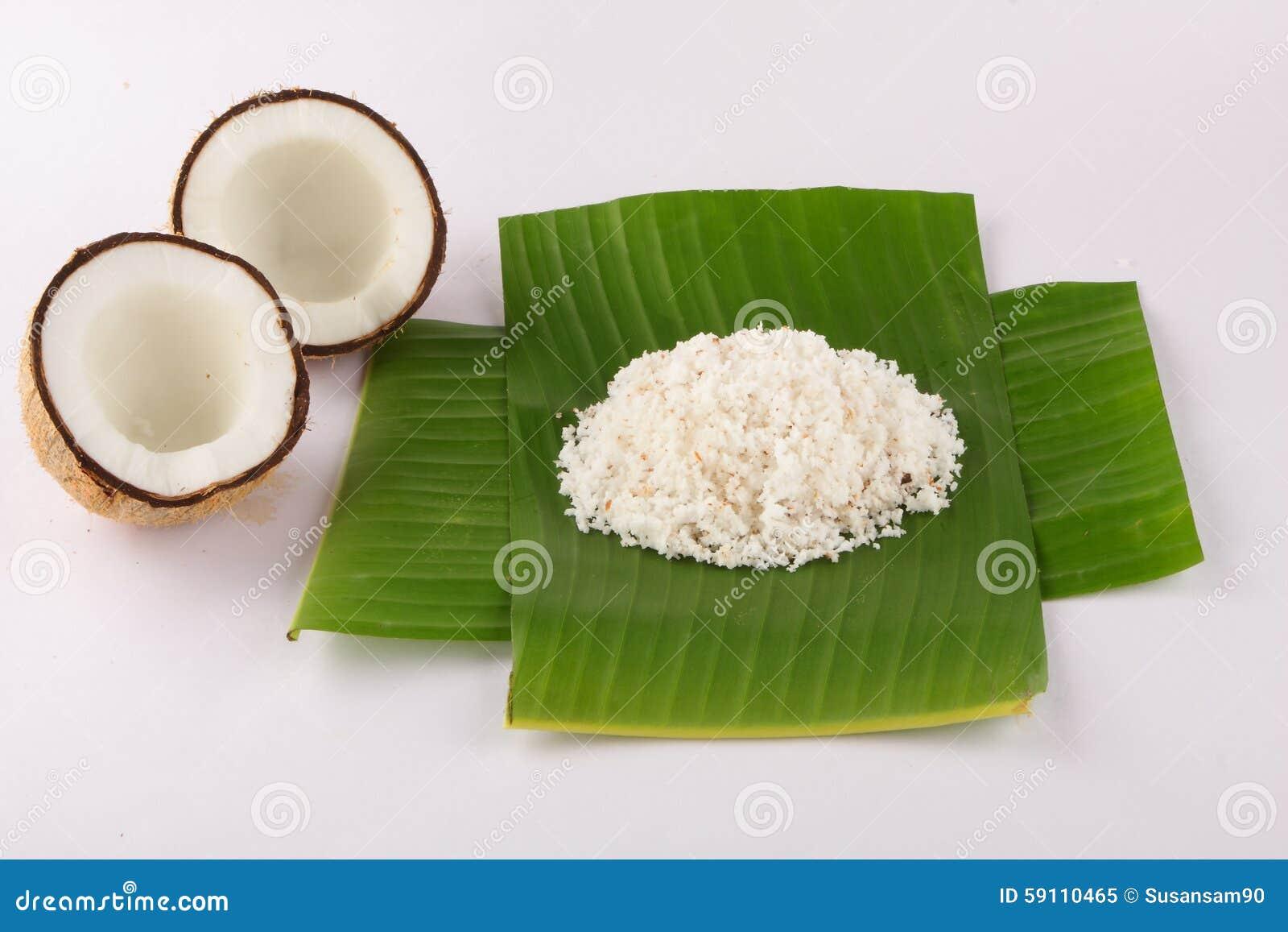与椰子叶子和切细的椰子的椰子在香蕉叶子服务