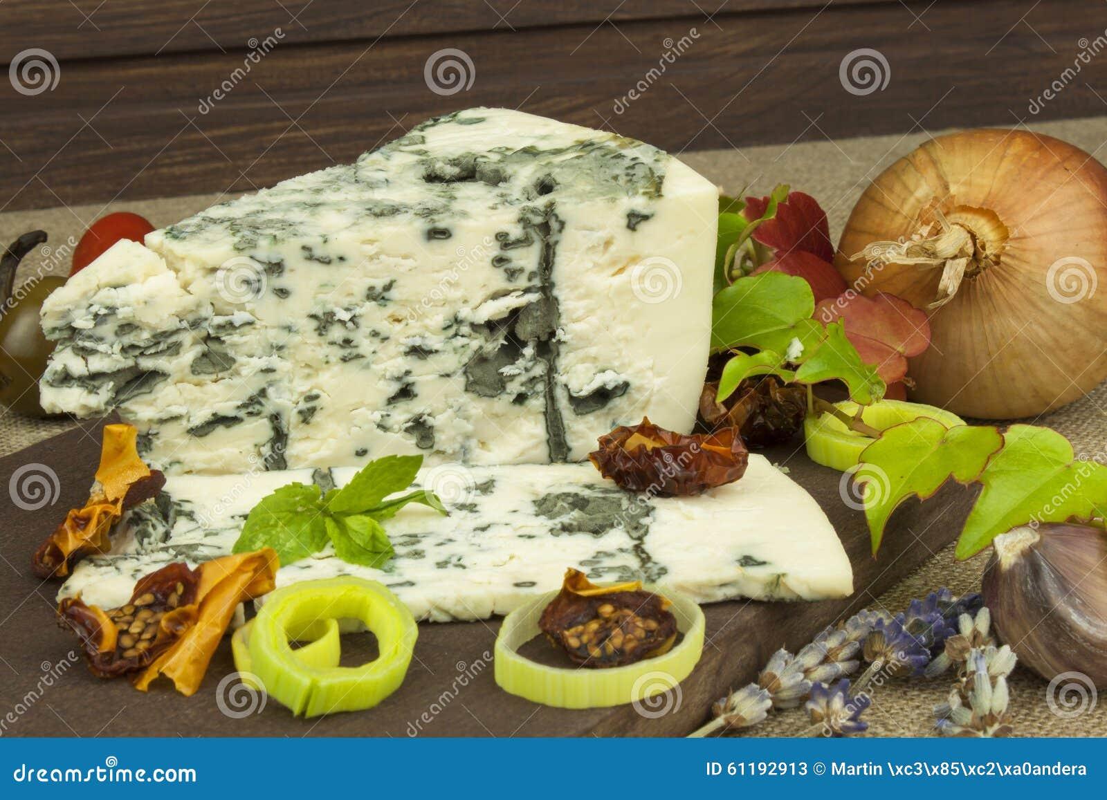 与模子的乳酪在一个木切板 芳香乳酪的准备 在木乳酪板的Stilton乳酪