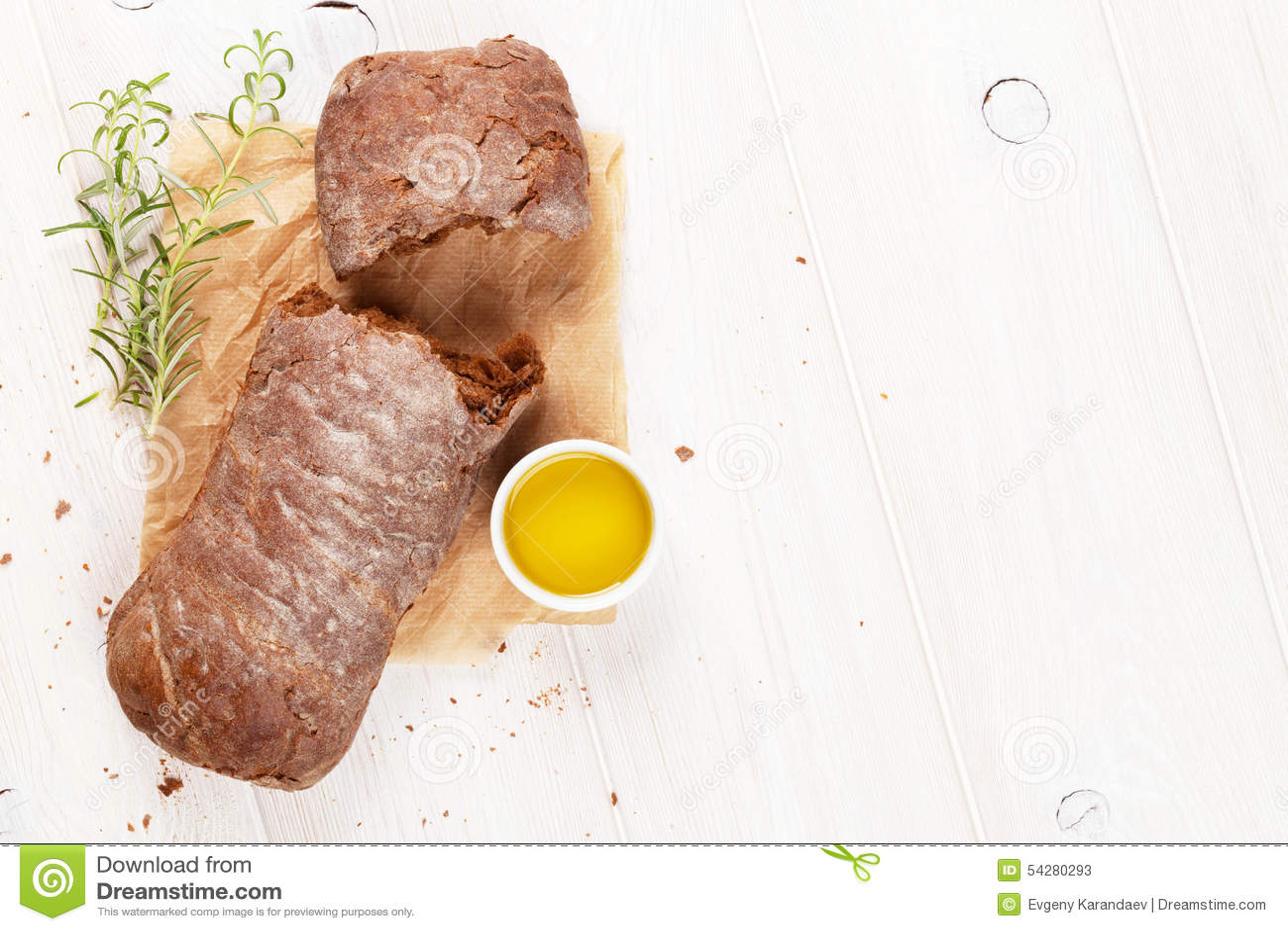 与橄榄油和迷迭香的布朗ciabatta