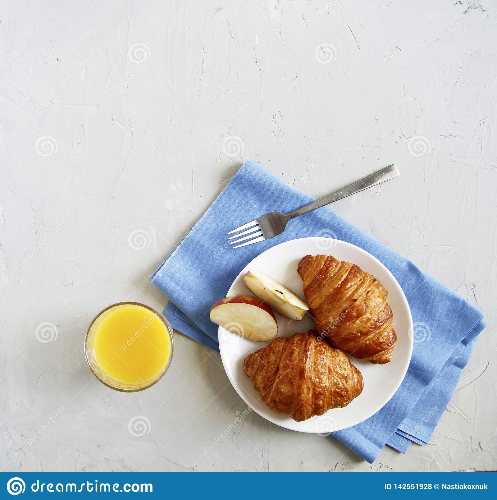 早餐顶视图 r 新月形面包