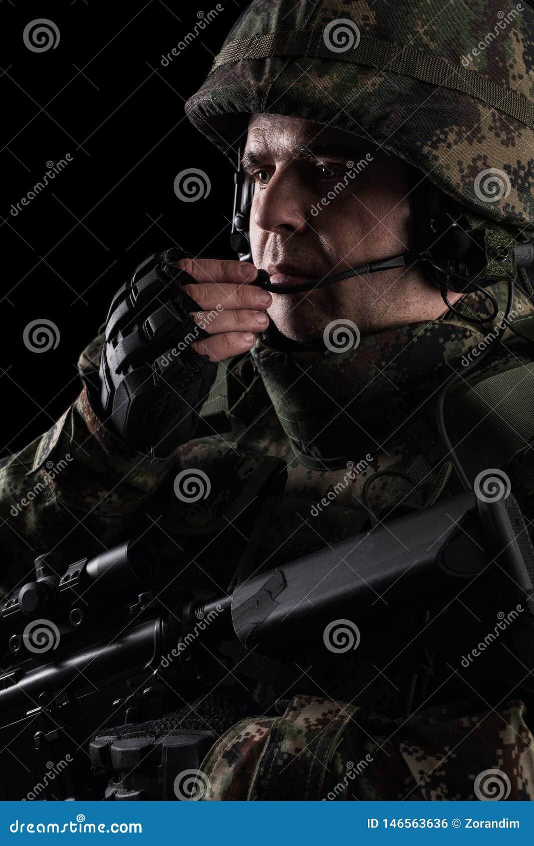 与步枪的战士特种部队在黑暗的背景