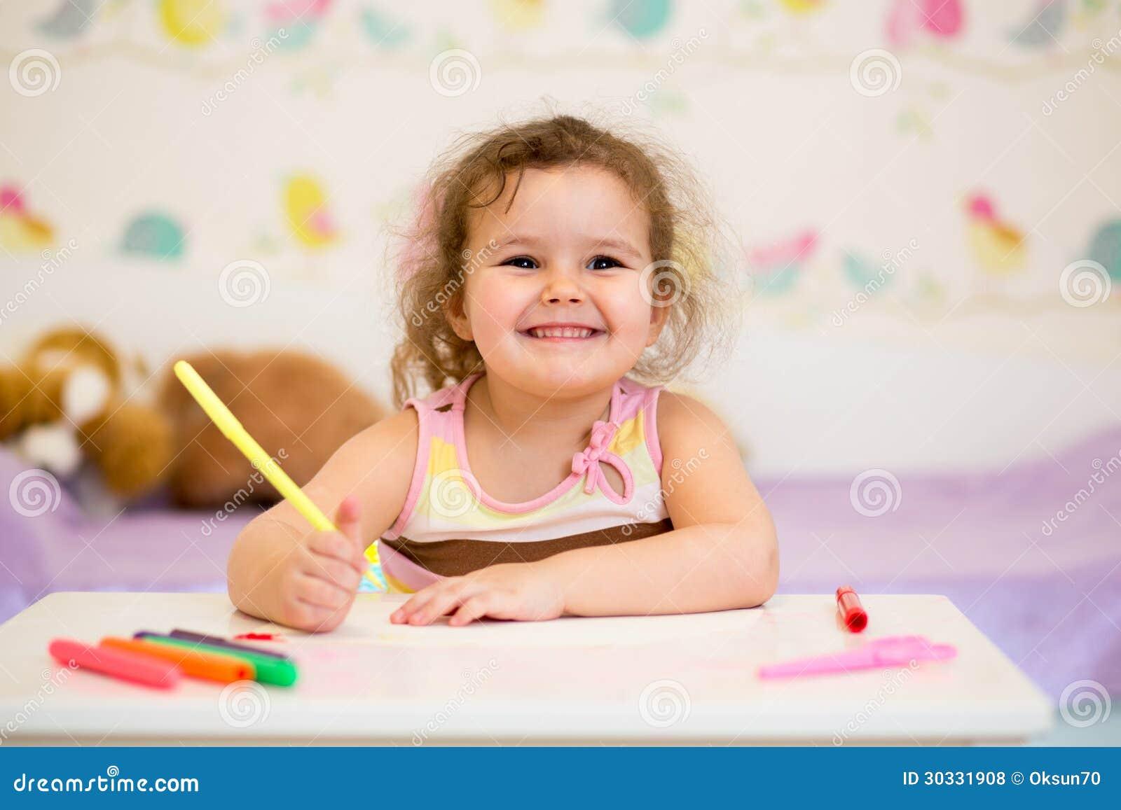 与毡尖的笔的微笑的儿童图画