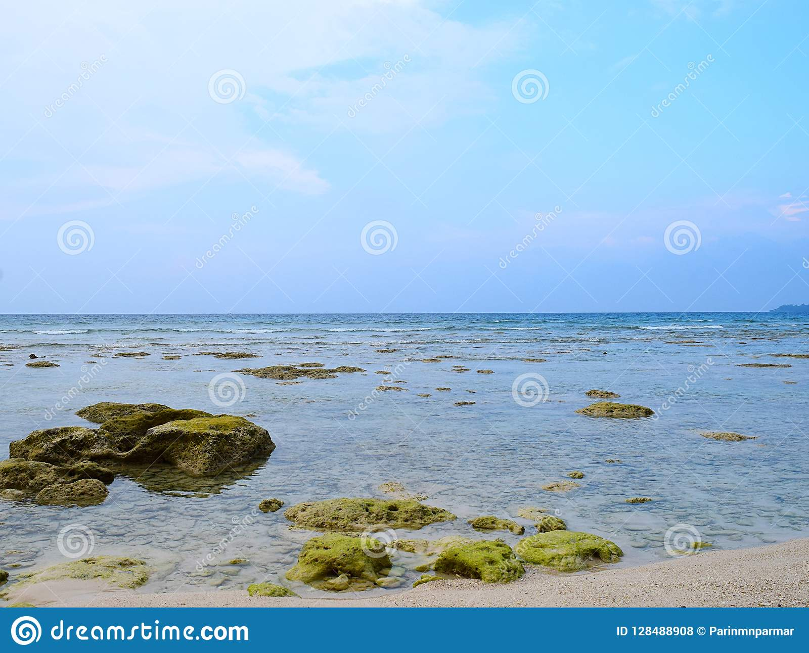 与水下的石头和天空蔚蓝-自然本底的天蓝色的干净的海水-尼尔海岛,安达曼尼科巴,印度