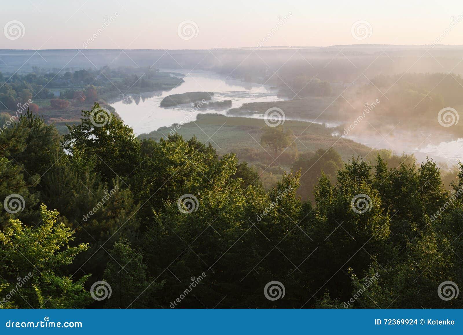 与河的早晨风景