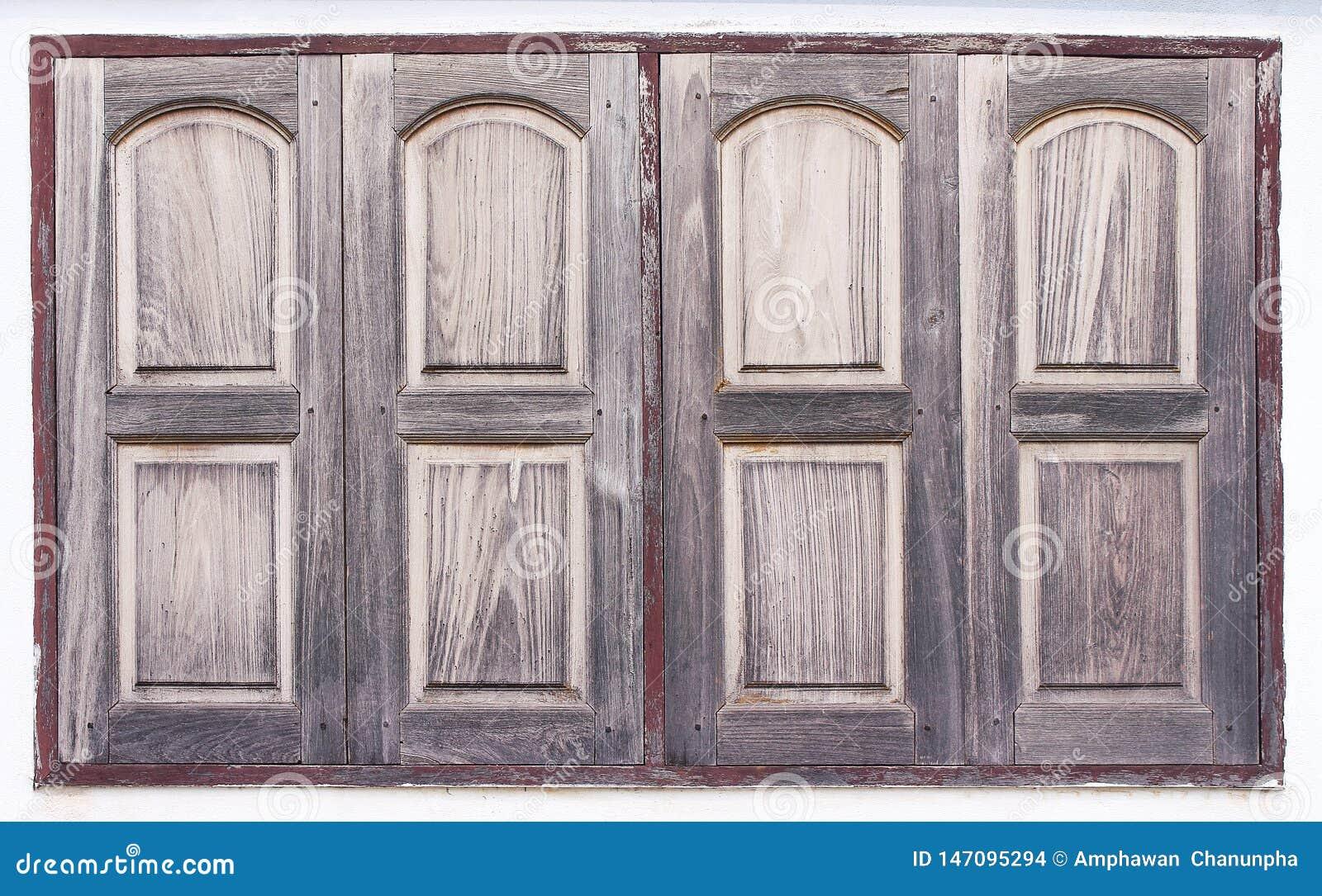 与油漆的老木窗口在混凝土墙背景