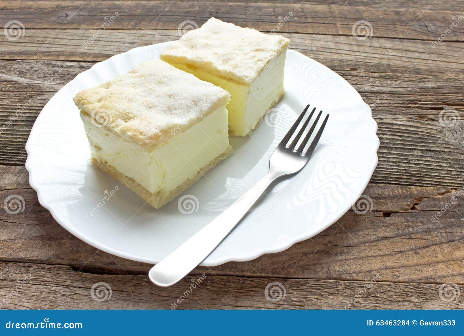与油酥点心层数的奶油馅饼在板材的