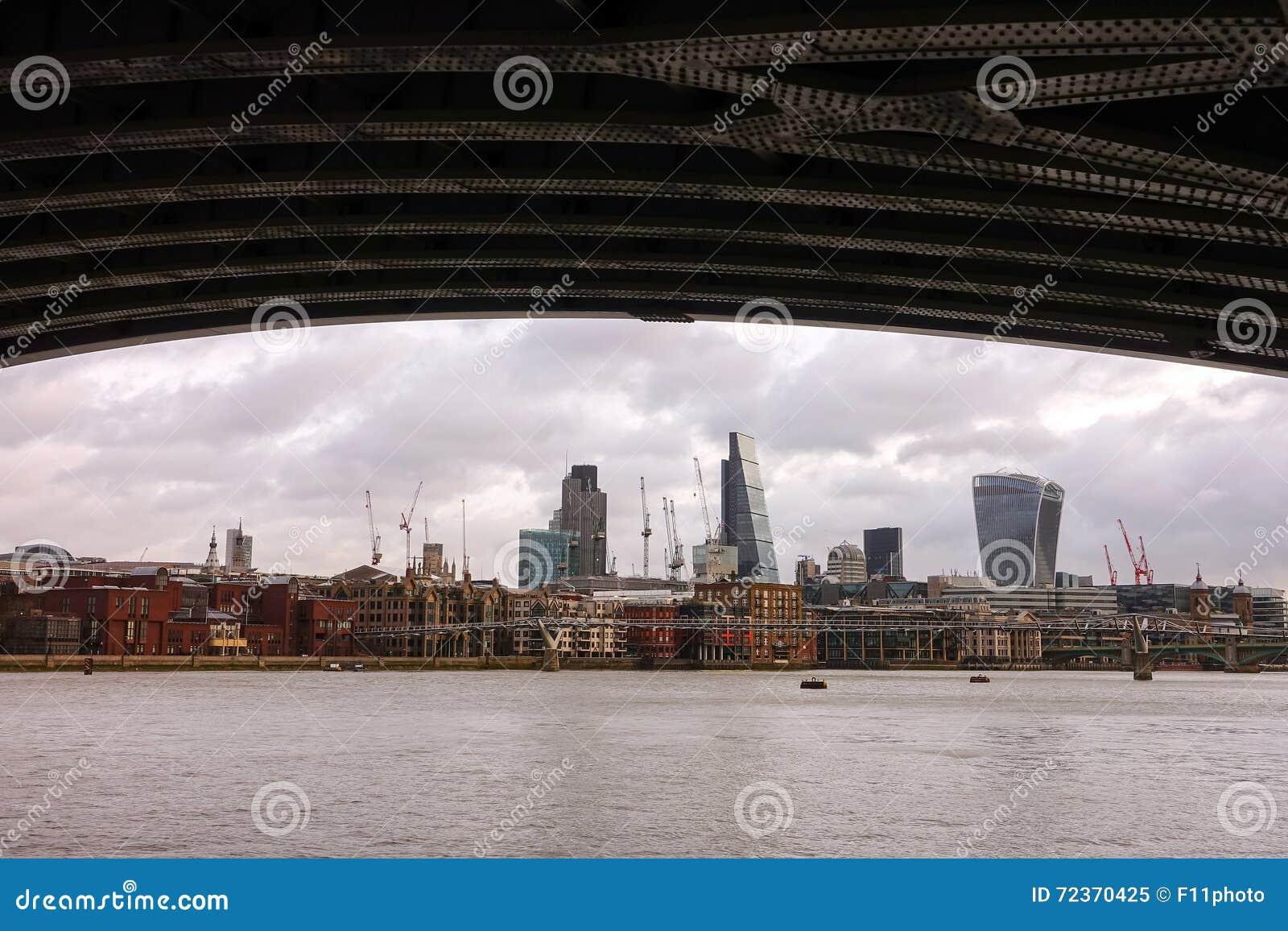 与泰晤士河的伦敦地平线