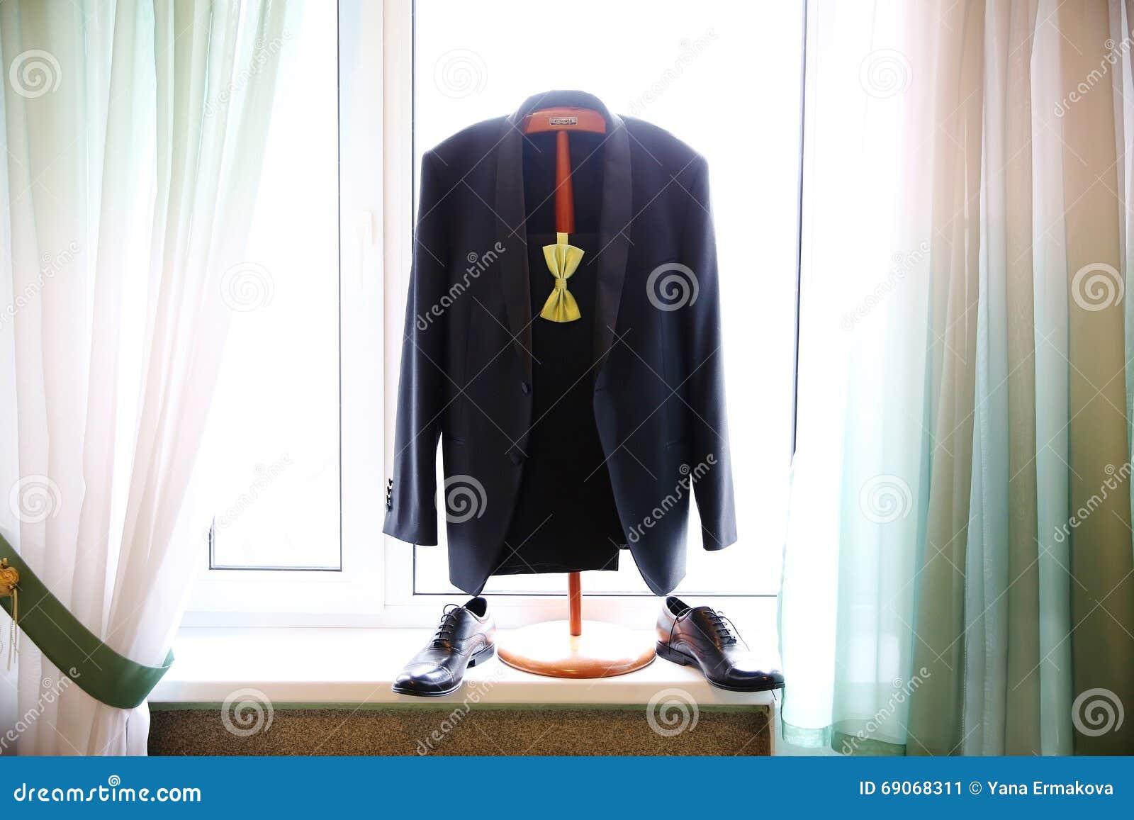 与浅绿色的蝶形领结的黑婚礼衣服