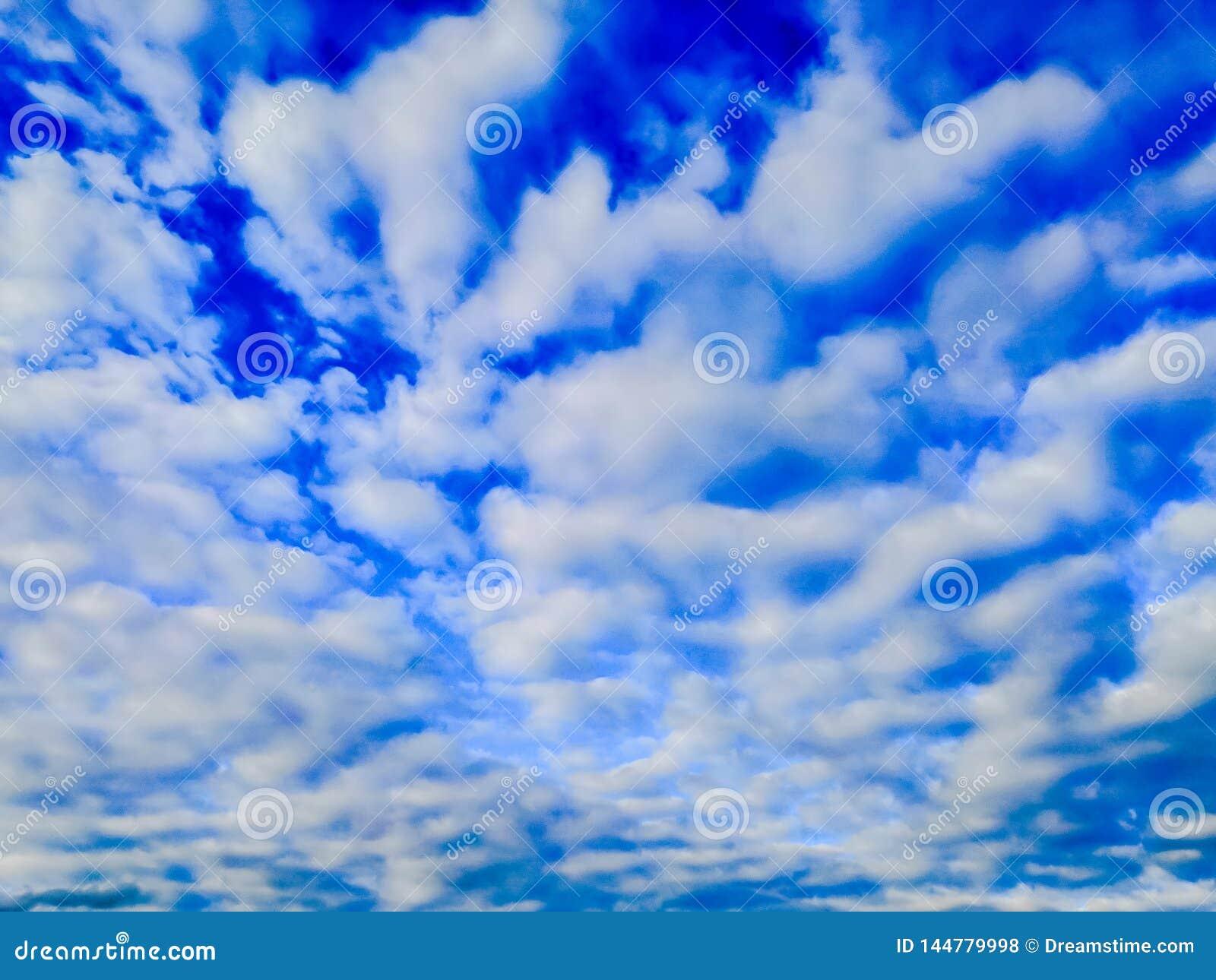 与浮动卷云的天空蔚蓝