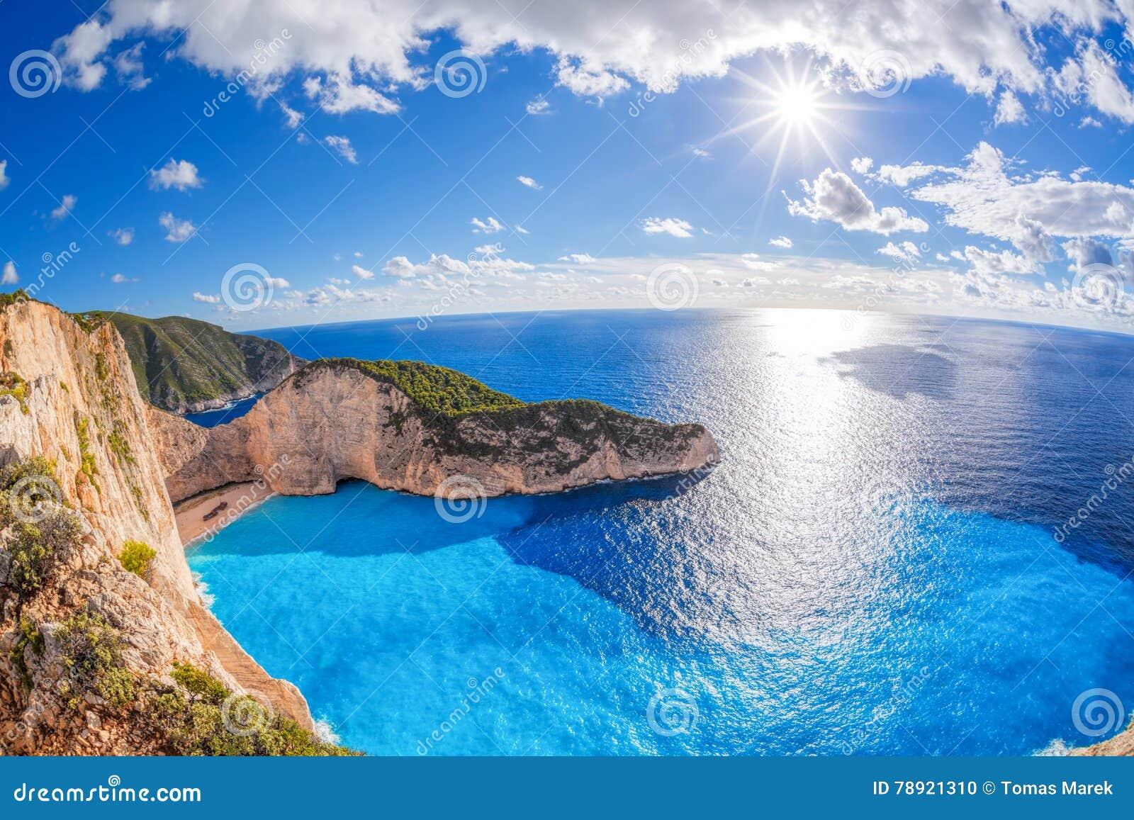 与海难的Navagio海滩反对在扎金索斯州海岛上的日落在希腊