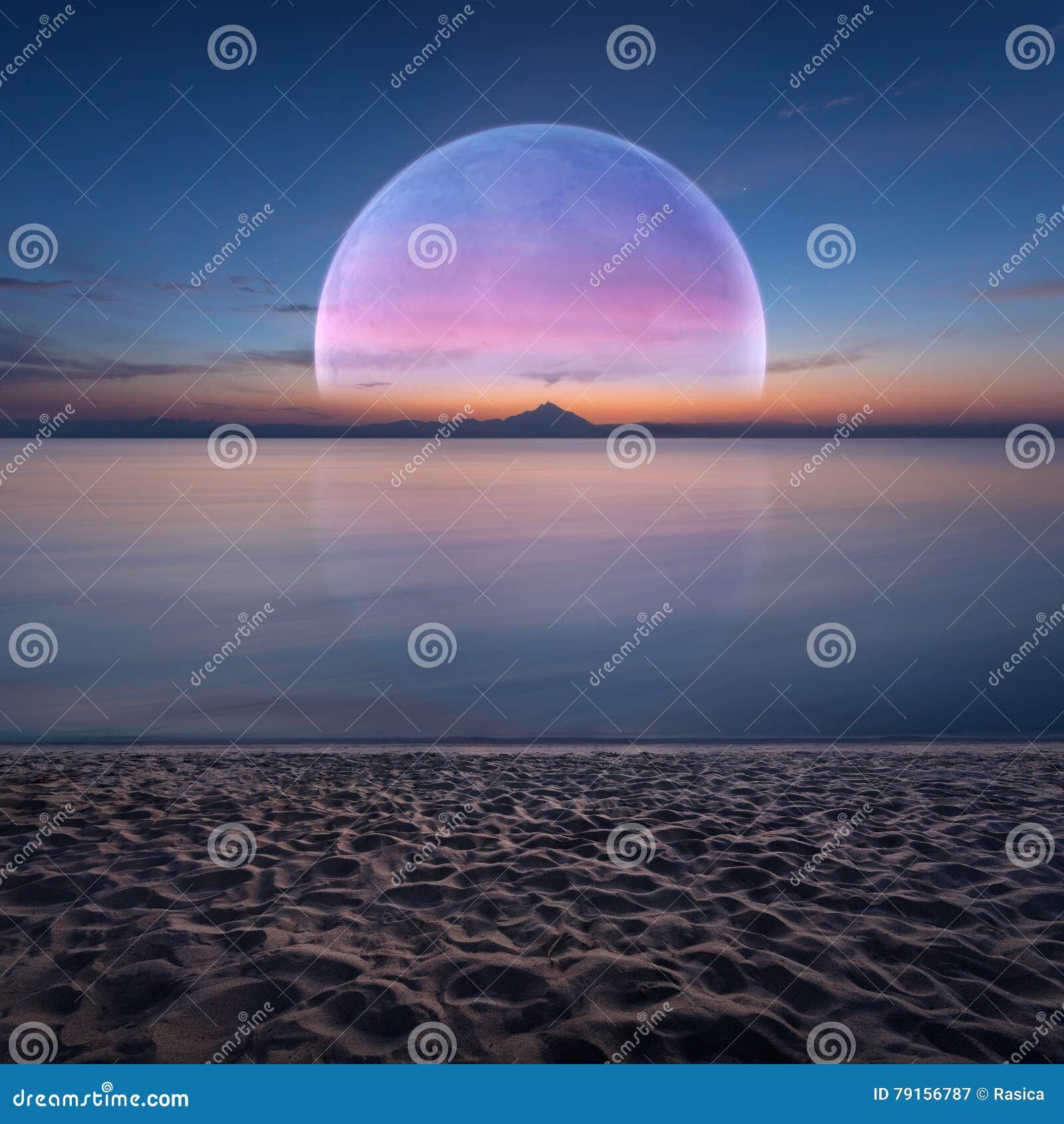 与海洋和行星的田园诗幻想风景在天际