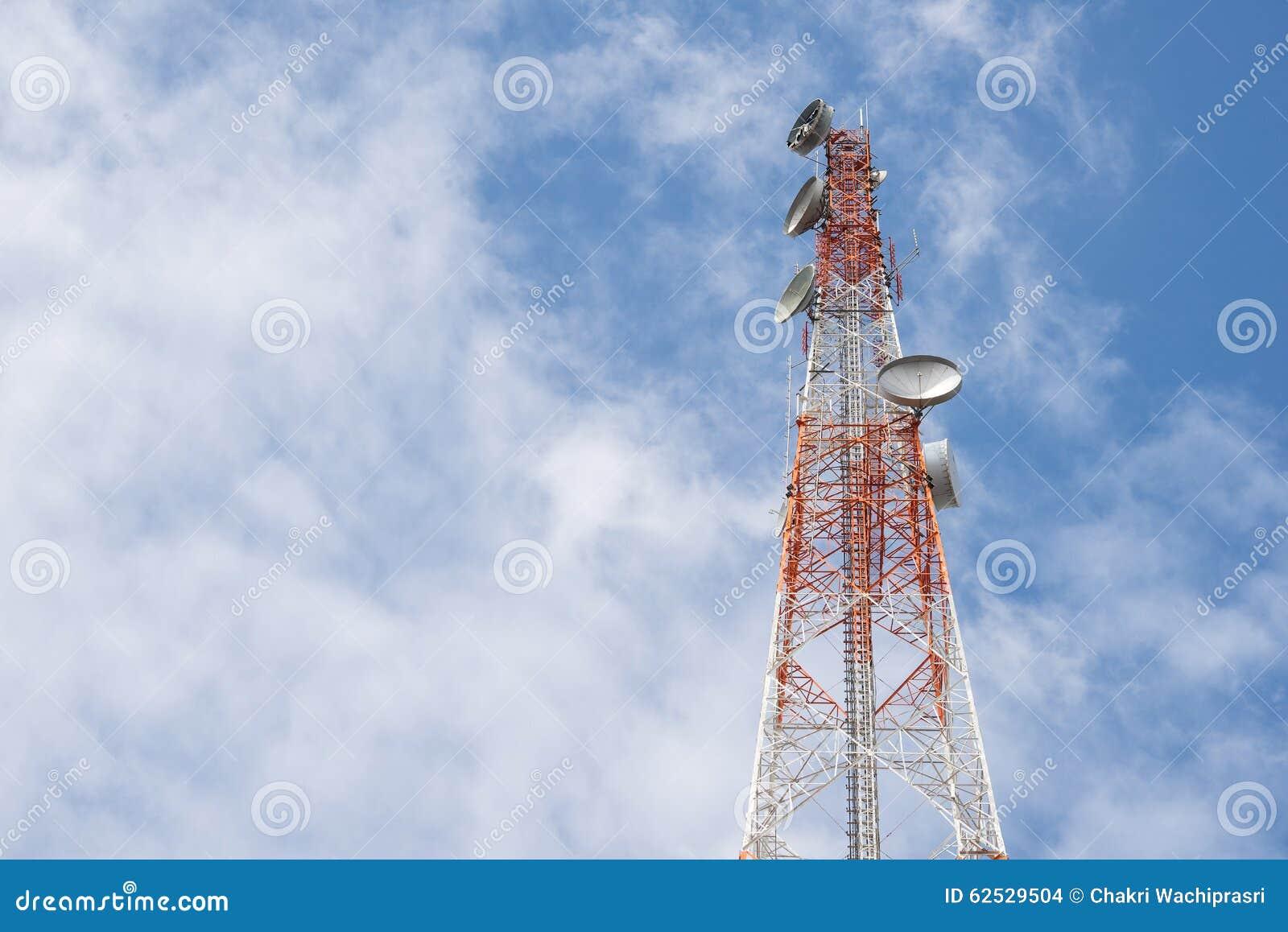 与清楚的蓝天的电信塔